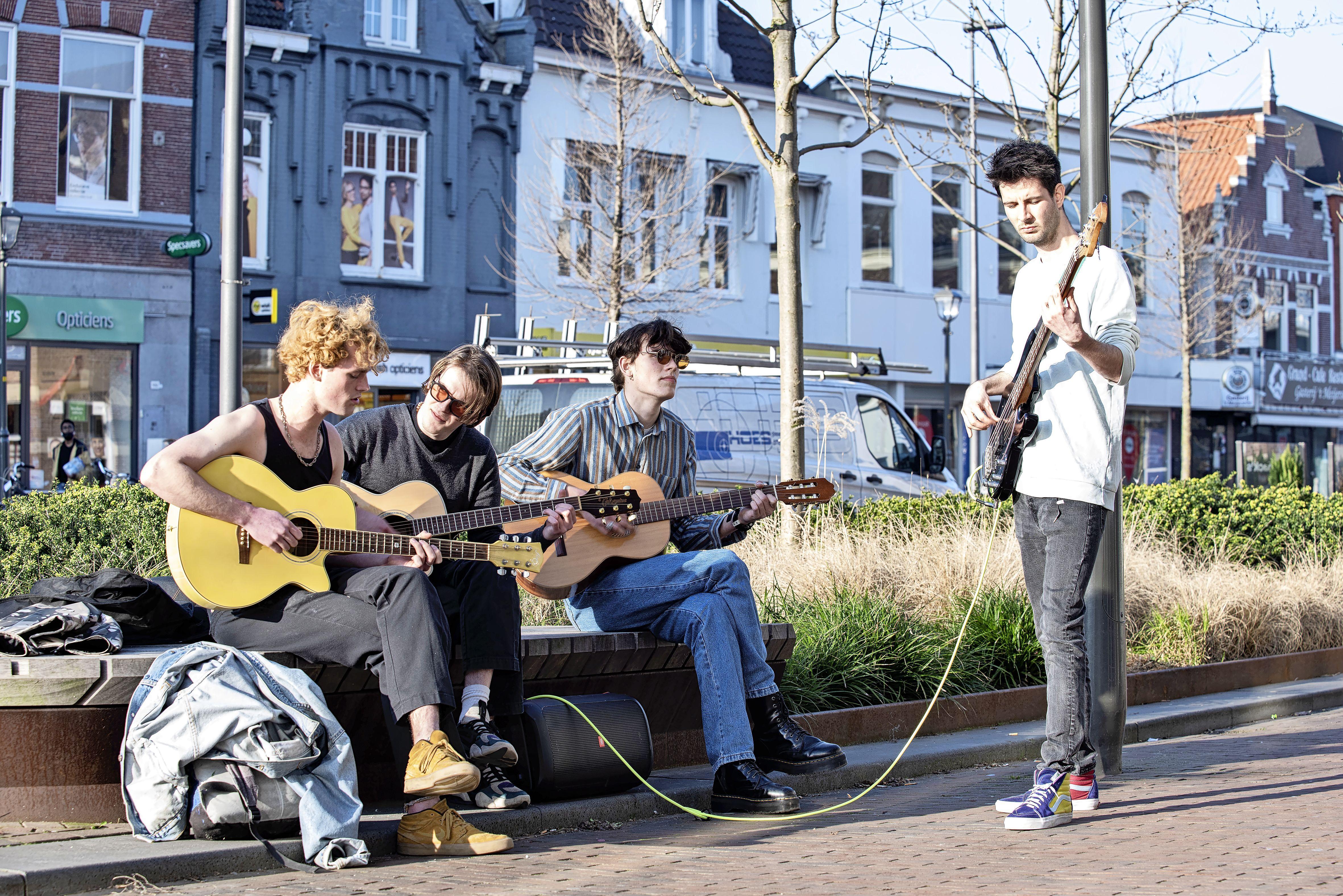 Uit het niets ontspanning op de Breestraat; pop-up optredens van Subara