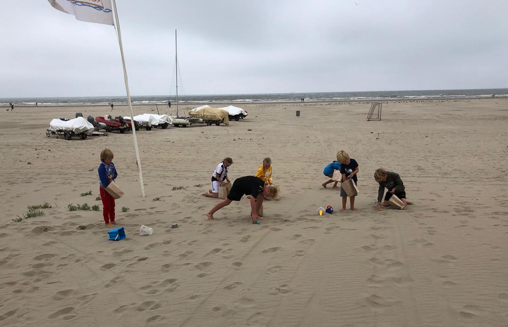 'Schokkende' hoeveelheid afval op IJmuiderstrand na bomvolle strandweek