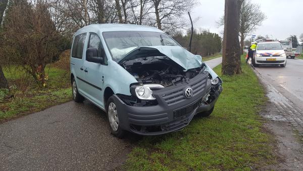 Automobilist raakt gewond bij aanrijding met boom in Oosterblokker