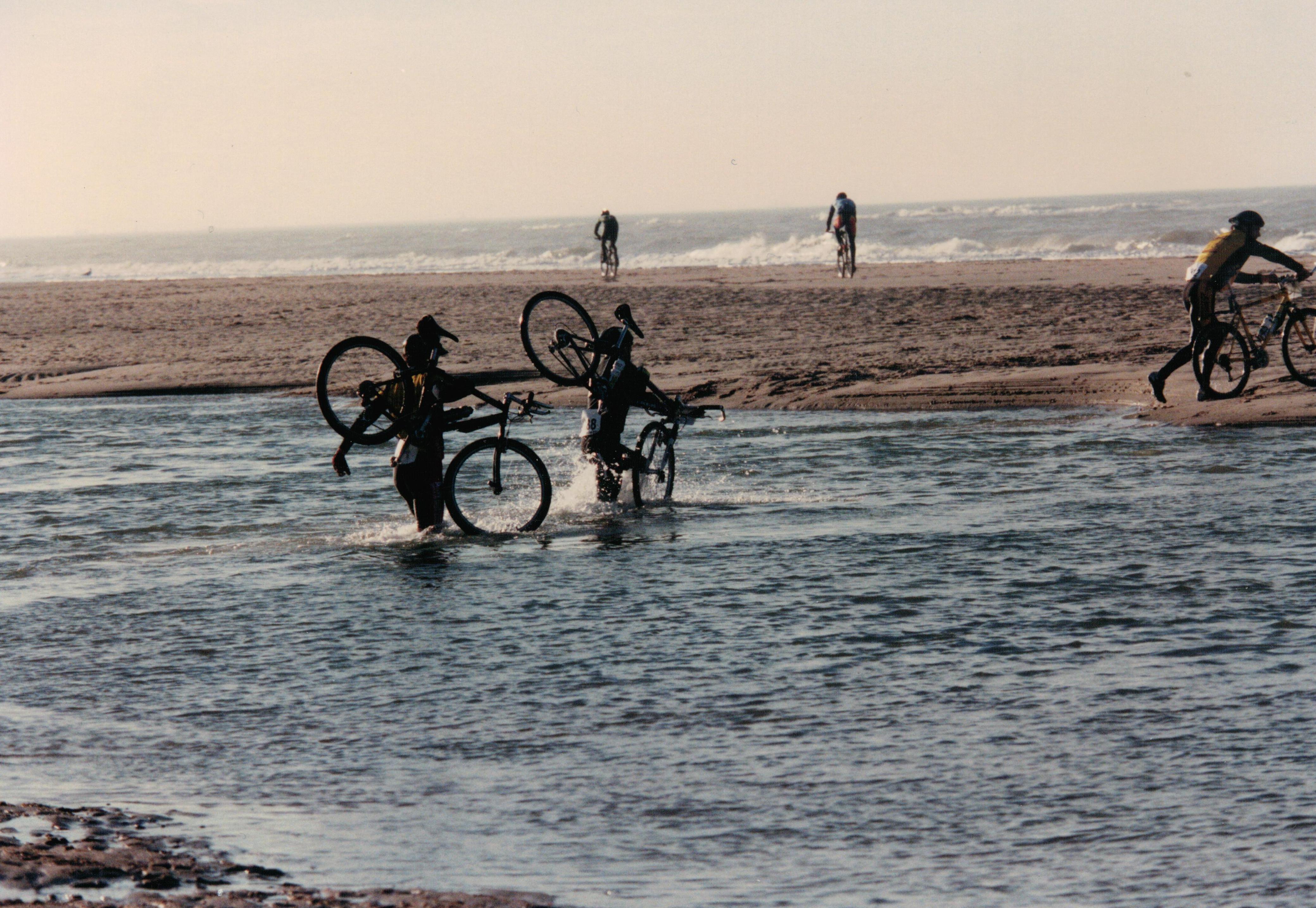 Vandaag in 1998 was de eerste editie van Egmond-Pier-Egmond. Met het getijde werd nog geen rekening gehouden: deelnemers met fiets op de rug door de zee. De geboorte van een klassieker