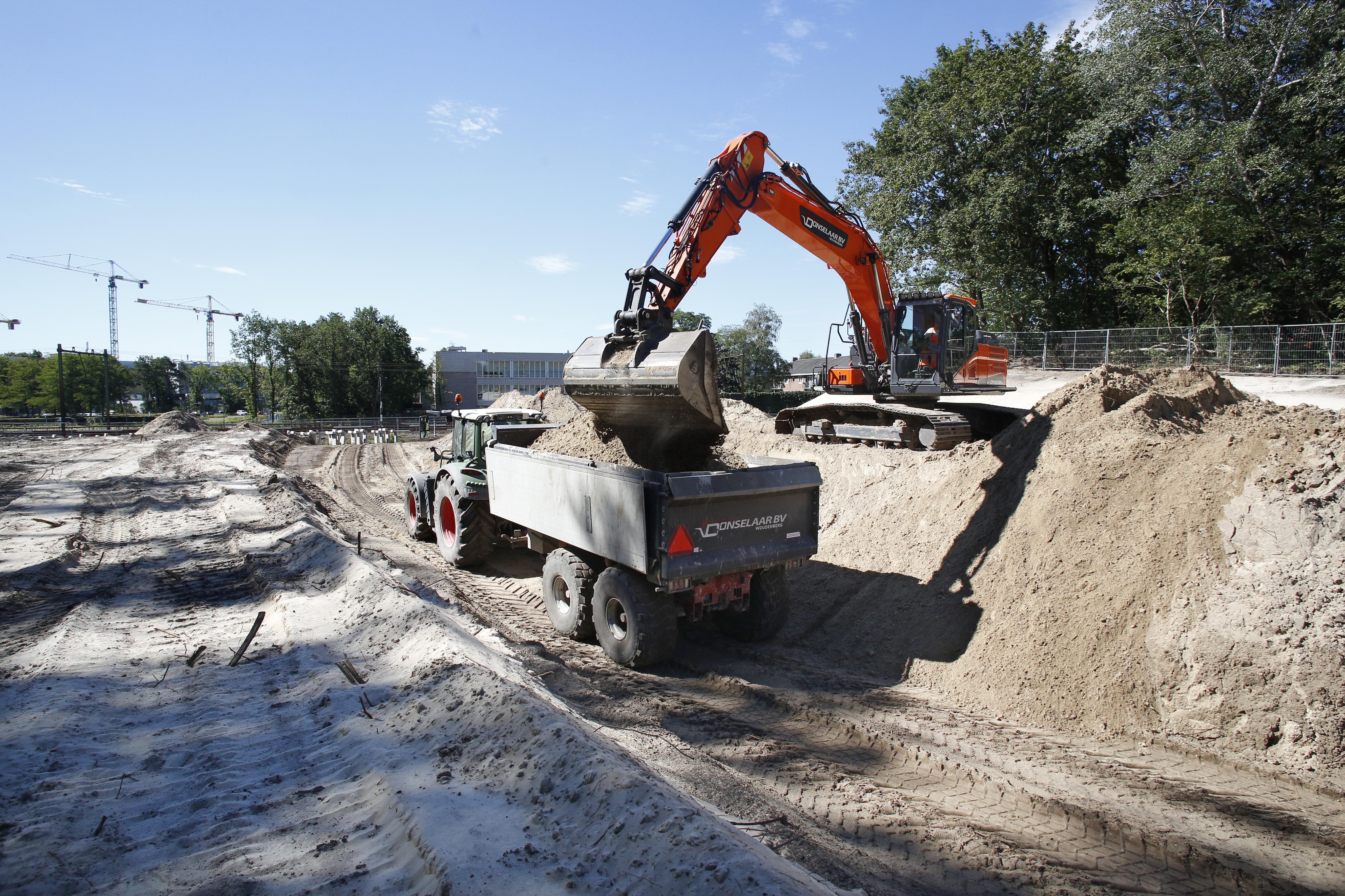 BAM druk met graafwerk voor nieuwe verdiepte Weg over Anna's Hoeve; het zand wordt benut bij aanleg van natuurbrug