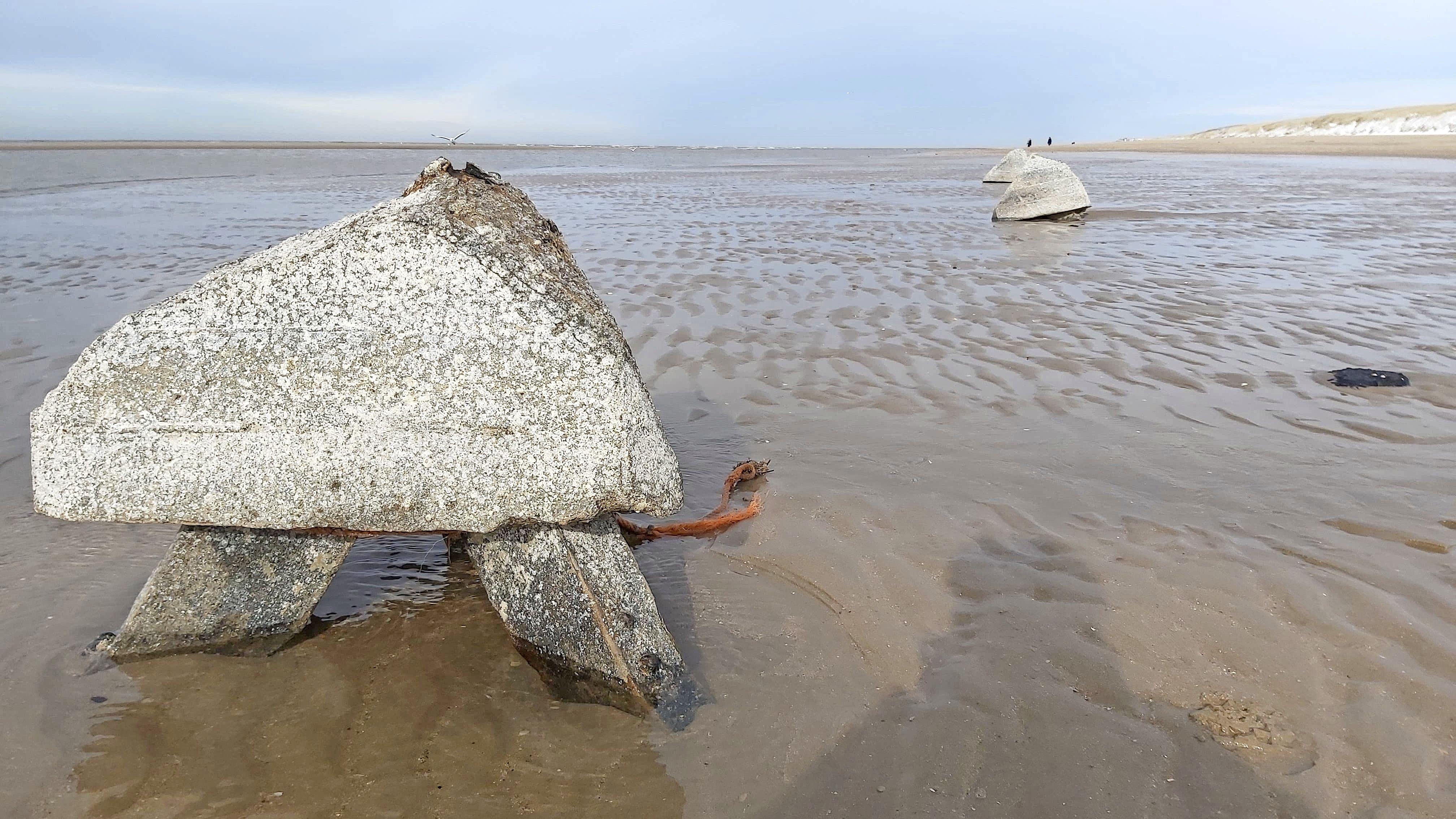Mysterieuze viervlakken bij Egmond duiken plotseling op uit zee en zullen ook snel weer onder het zand verdwijnen. 'Onze mailbox ontplofte'