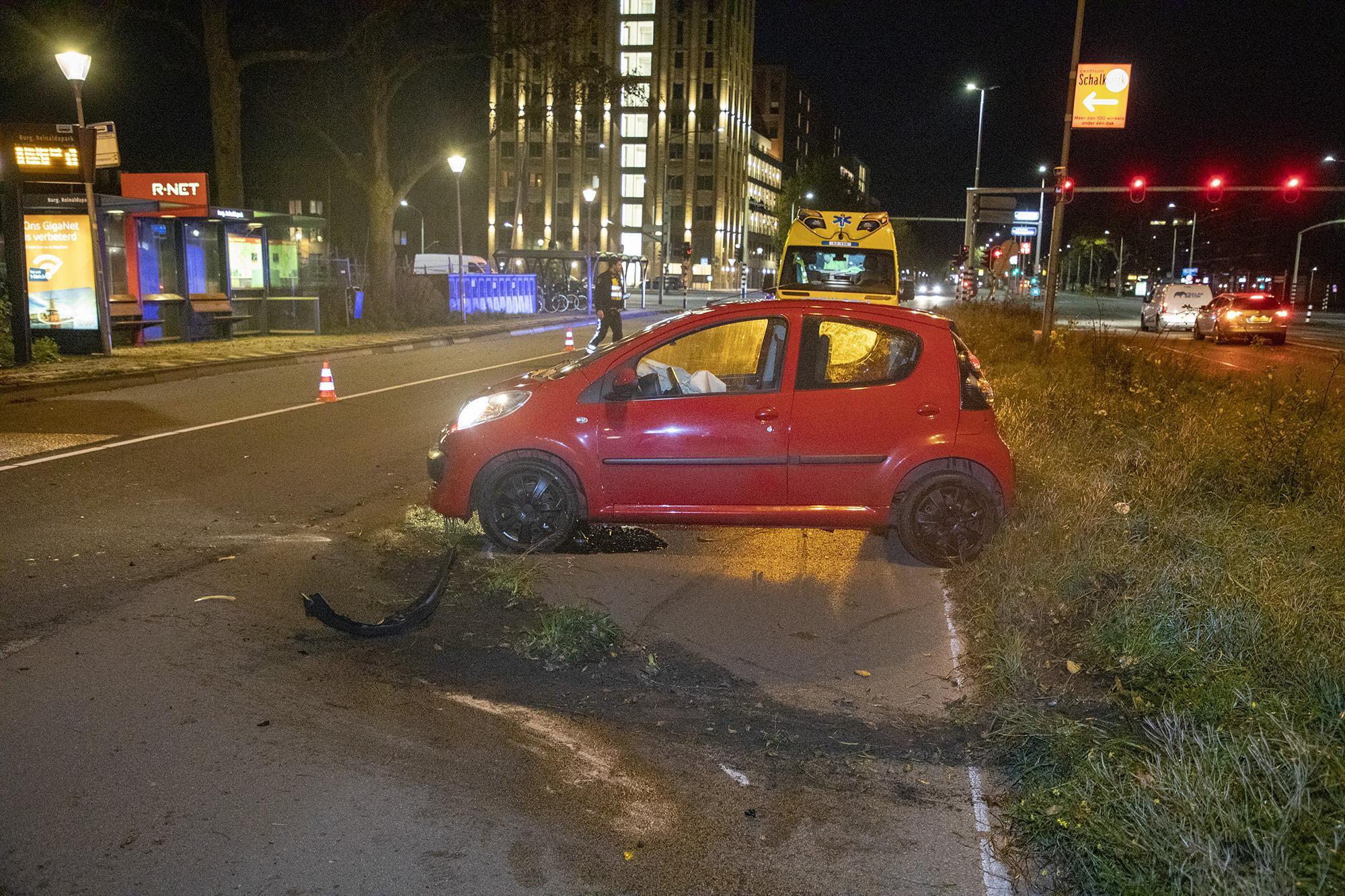 Jonge automobilist ramt lantaarnpaal langs N205 in Haarlem