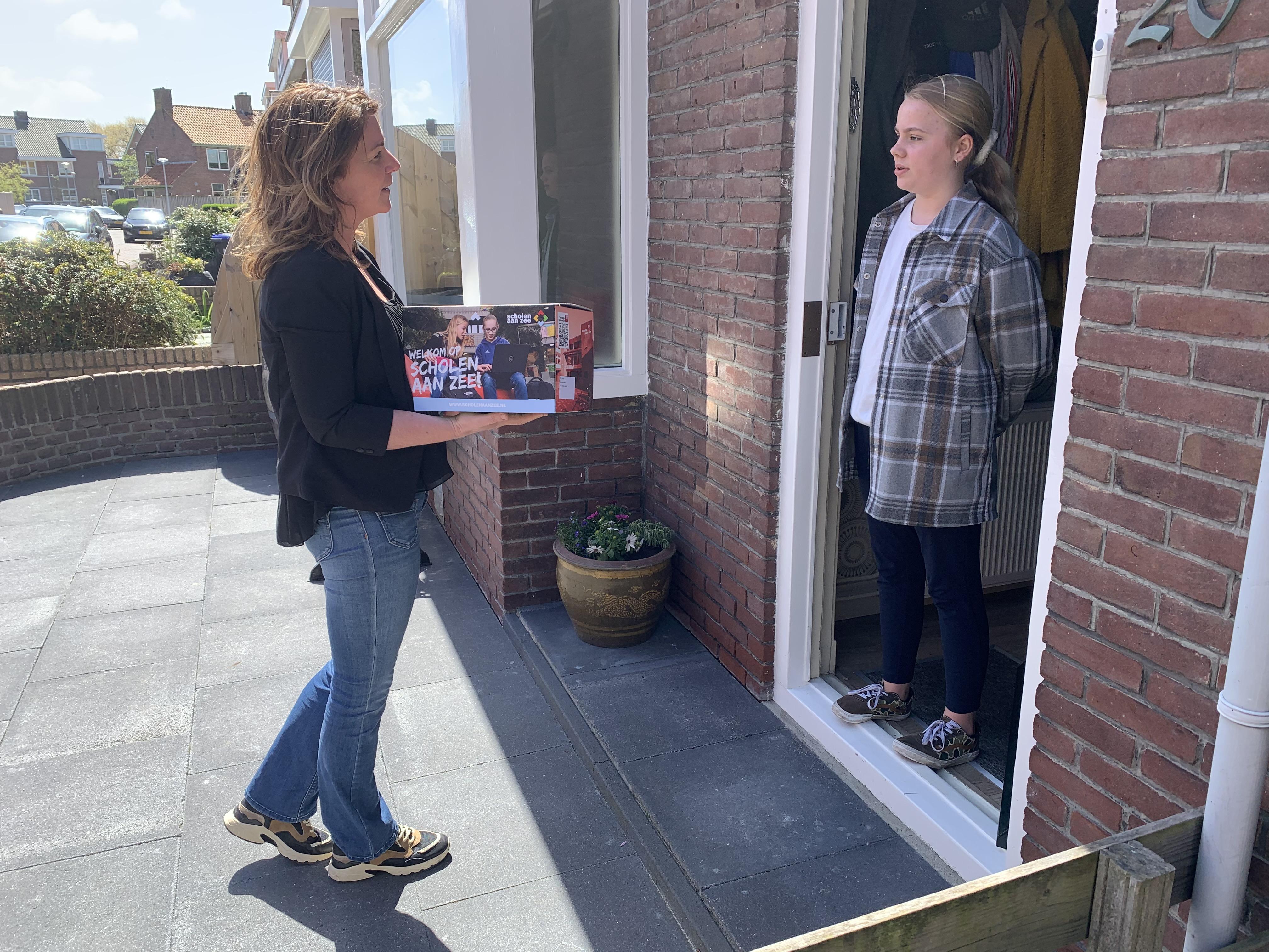 Croissantje en wiskundepuzzel in welkomsbox. Scholen aan Zee verrast nieuwe leerlingen met cadeautjes aan huis