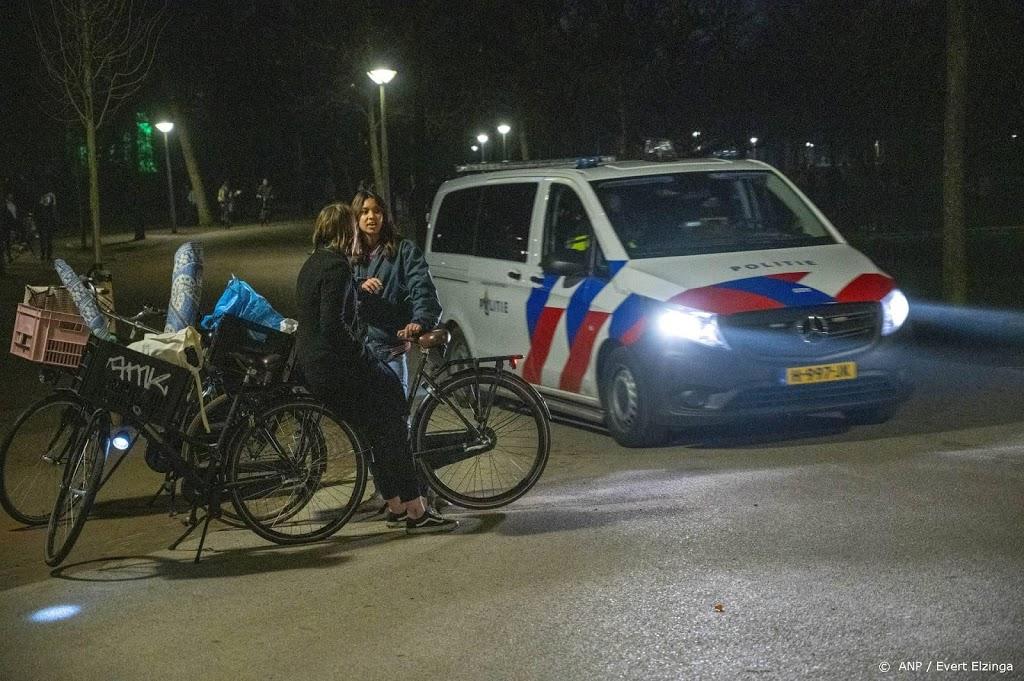 Politie in Vondelpark bekogeld met flessen