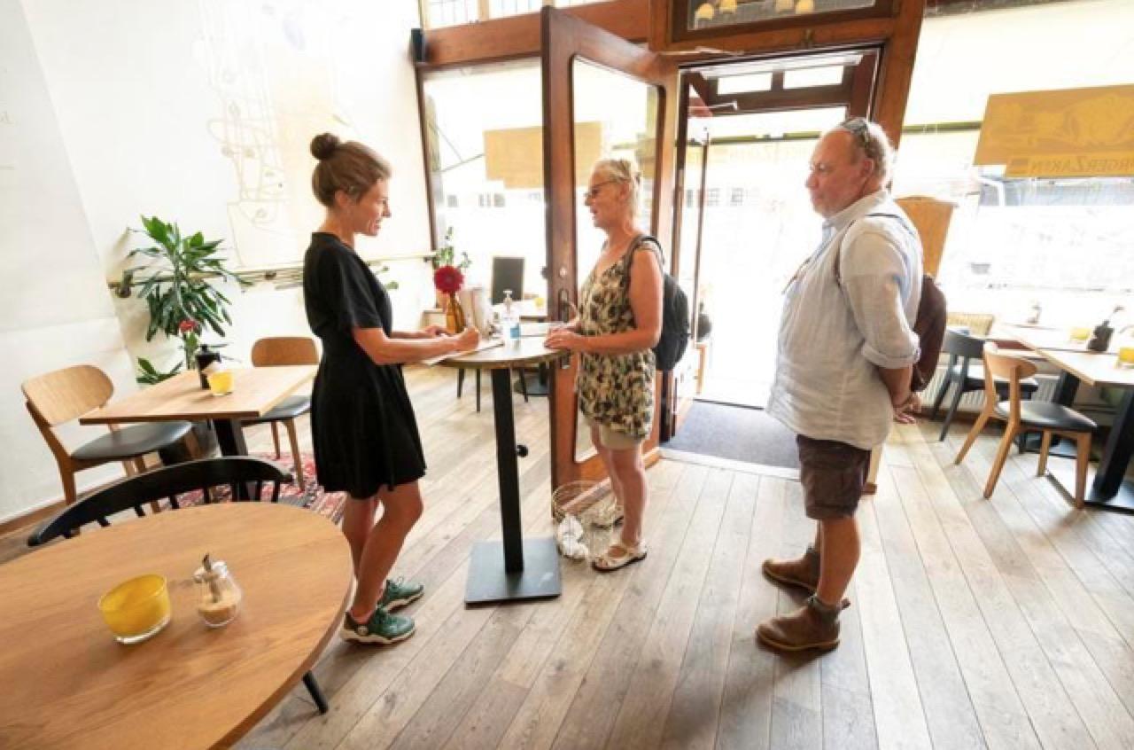 Nieuwe coronamaatregel zorgt nauwelijks voor problemen bij Leidse restaurants, bezoekers over het algemeen begripvol