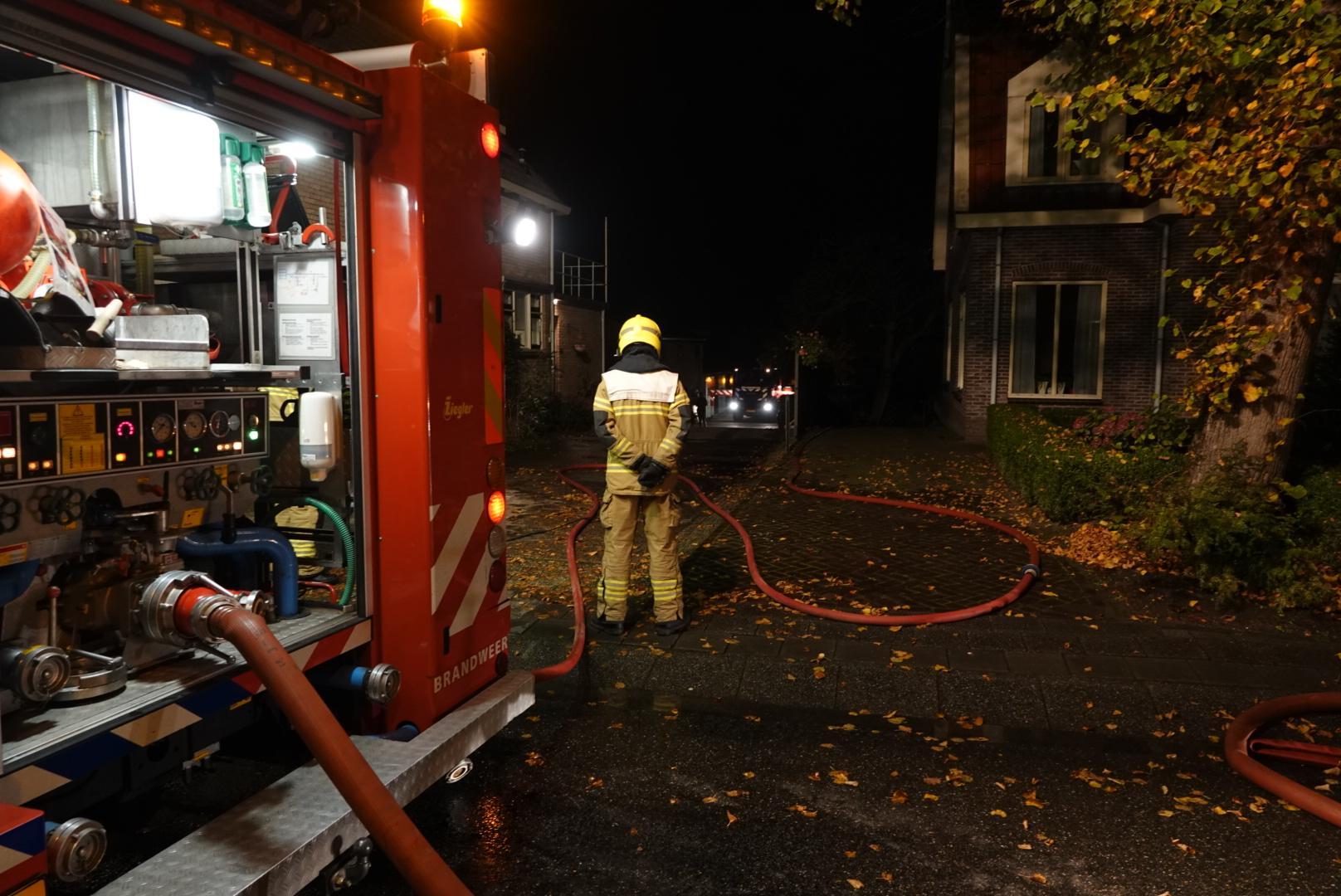 Brandweer blust brand in schuur vol hout in Grootebroek