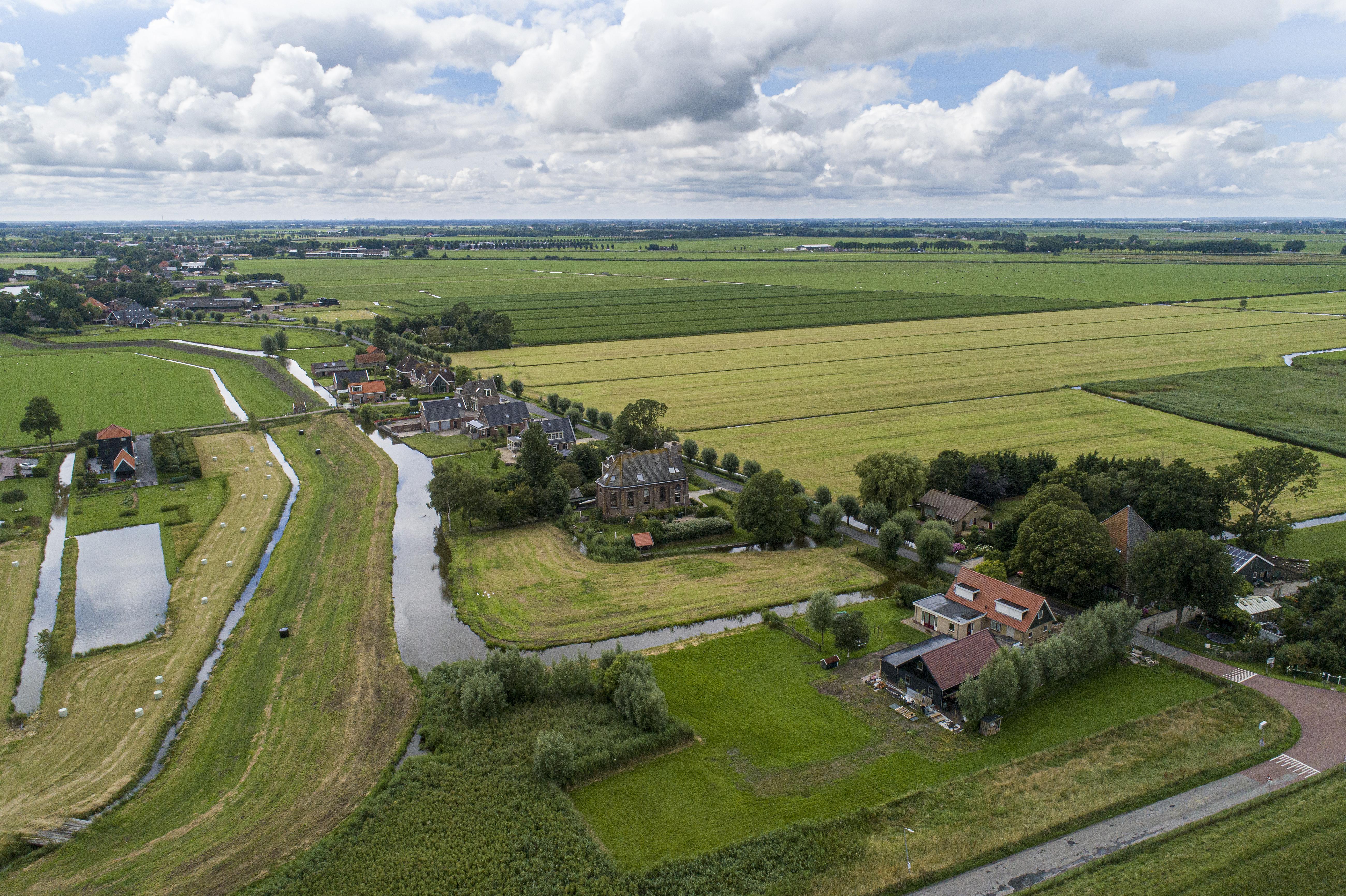 Etersheim is niet klein te krijgen, ook niet door het water; het werd stukje bij beetje verzwolgen door de Zuiderzee maar schoof gewoon verder landinwaarts