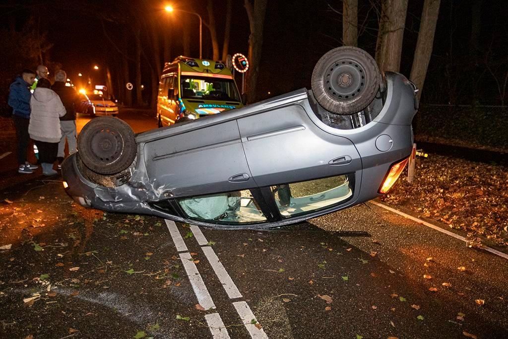 Auto op z'n dak na ongeval N206 Aerdenhout