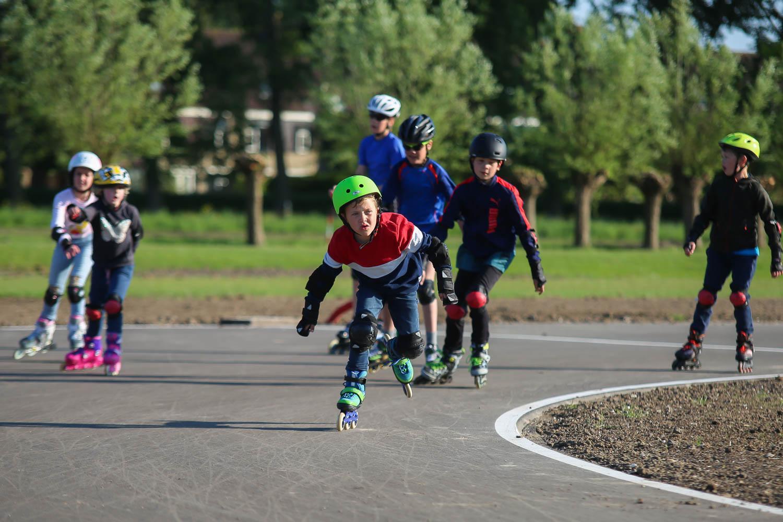 Jonge sporters hebben de primeur op nieuwe skeelerbaan in Warmond