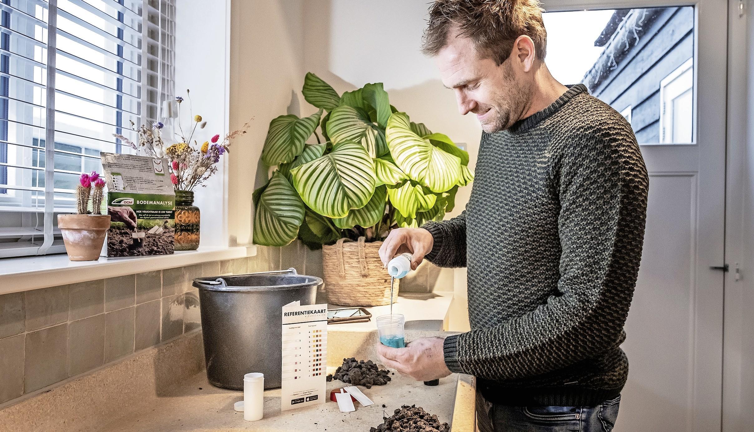 Boer Tom test de zuurgraad van zijn tuin | column