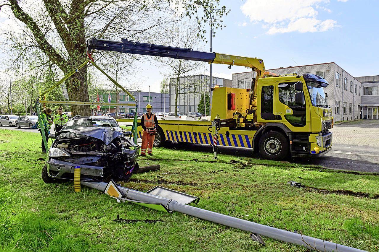 Beschonken automobilist raakt van de weg en rijdt lantaarnpaal uit de grond, bestuurder moet mee naar ziekenhuis