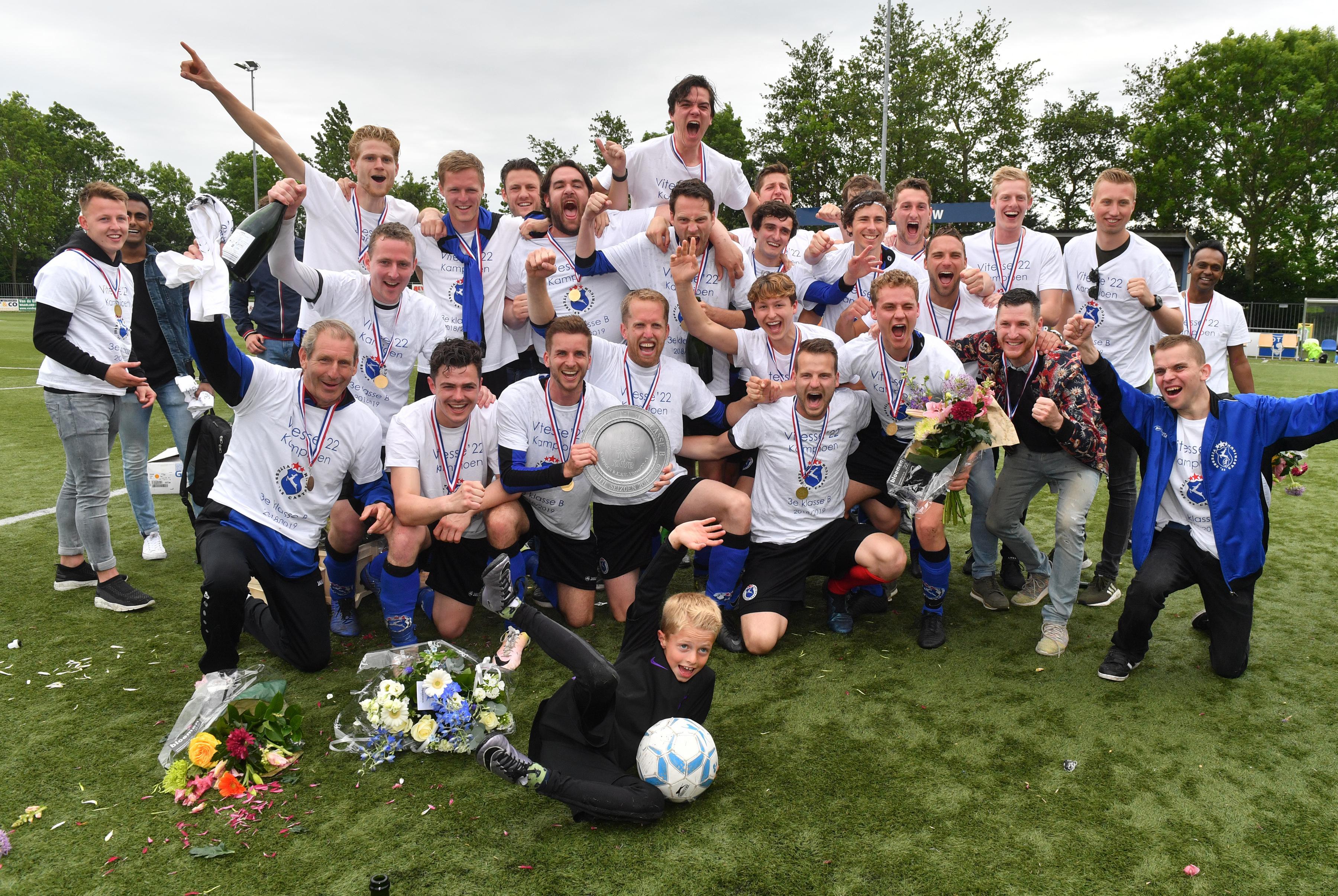 Trainers moeten afscheid nemen van afstand. De hoogte- en dieptepunten van afzwaaiende coaches Bronkhorst (ADO'20), Pronk (Uitgeest) en Sluijter (Vitesse'22). 'Met de titel was de cirkel rond'