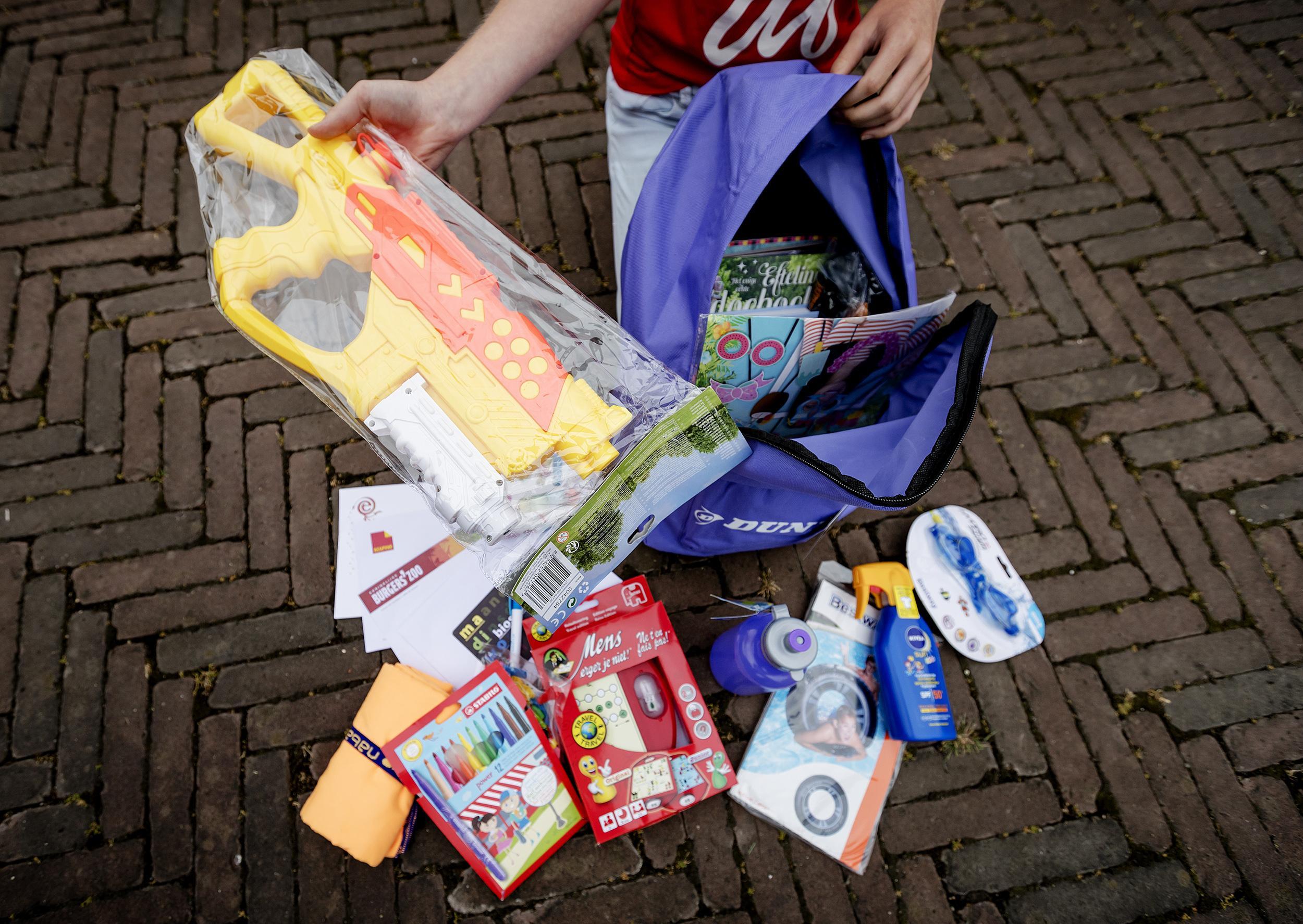 Eerste vakantiepretpakketten voor arme kinderen uitgedeeld in Hilversum
