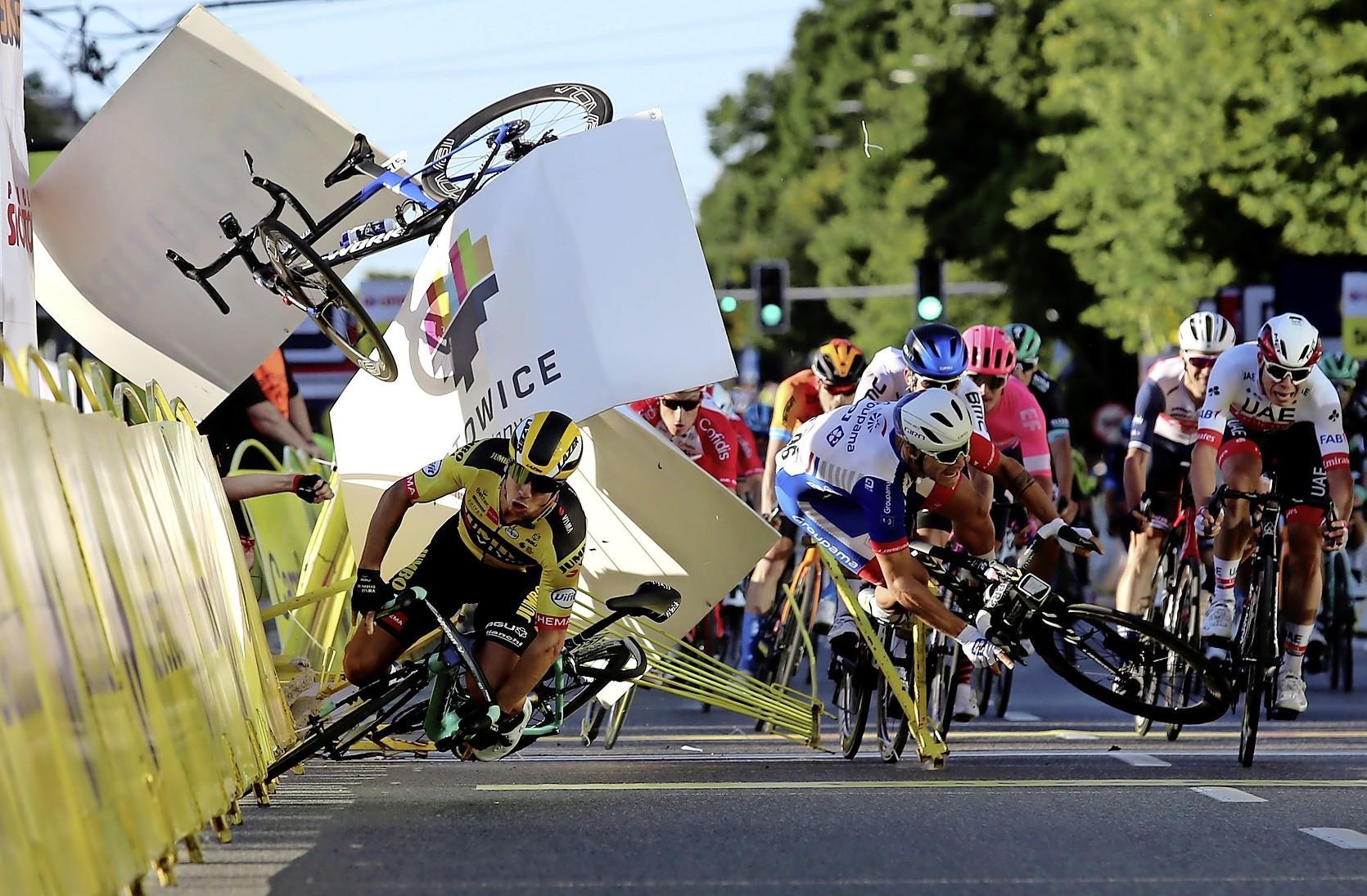 Toestand wielrenner Fabio Jakobsen ernstig. Sprinter zwaar gewond door onbesuisde actie van Dylan Groenewegen in Ronde van Polen. Ploegleider Patrick Lefevere woedend.'Dit was een moordaanslag van Groenewegen. 'Ik sleur hem voor de rechtbank'