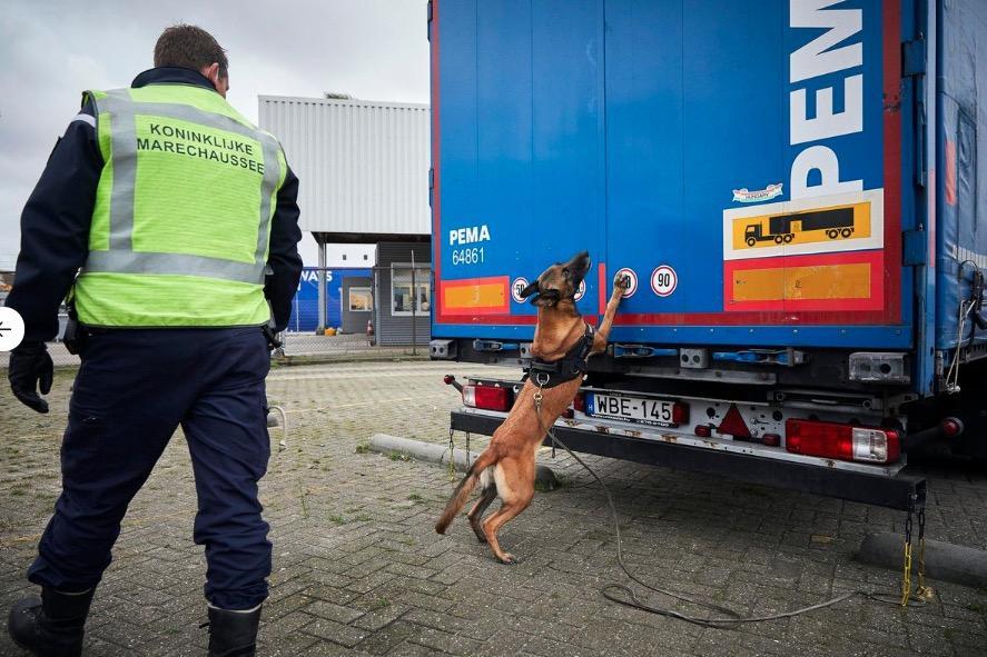 Twaalf volwassenen en vier kinderen ontdekt in vrachtwagen vol auto-onderdelen in IJmuiden