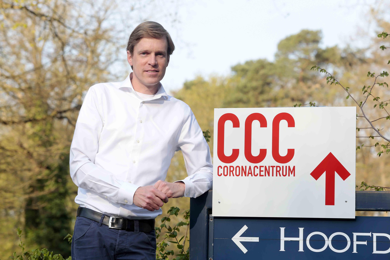 Het gezicht achter het maanmannetje; Huisarts Rogier Mulder draait diensten op het coronacentrum: 'Patiënten geruststellen is een belangrijk deel van ons werk'