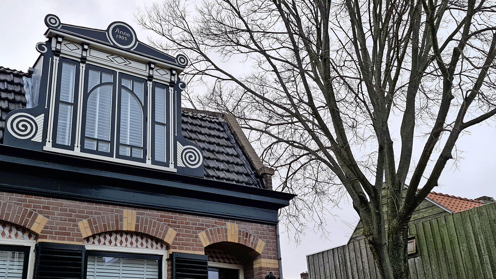 Zijgevel van woning in Den Helder laat los door rukwinden, instortingsgevaar geweken [update]