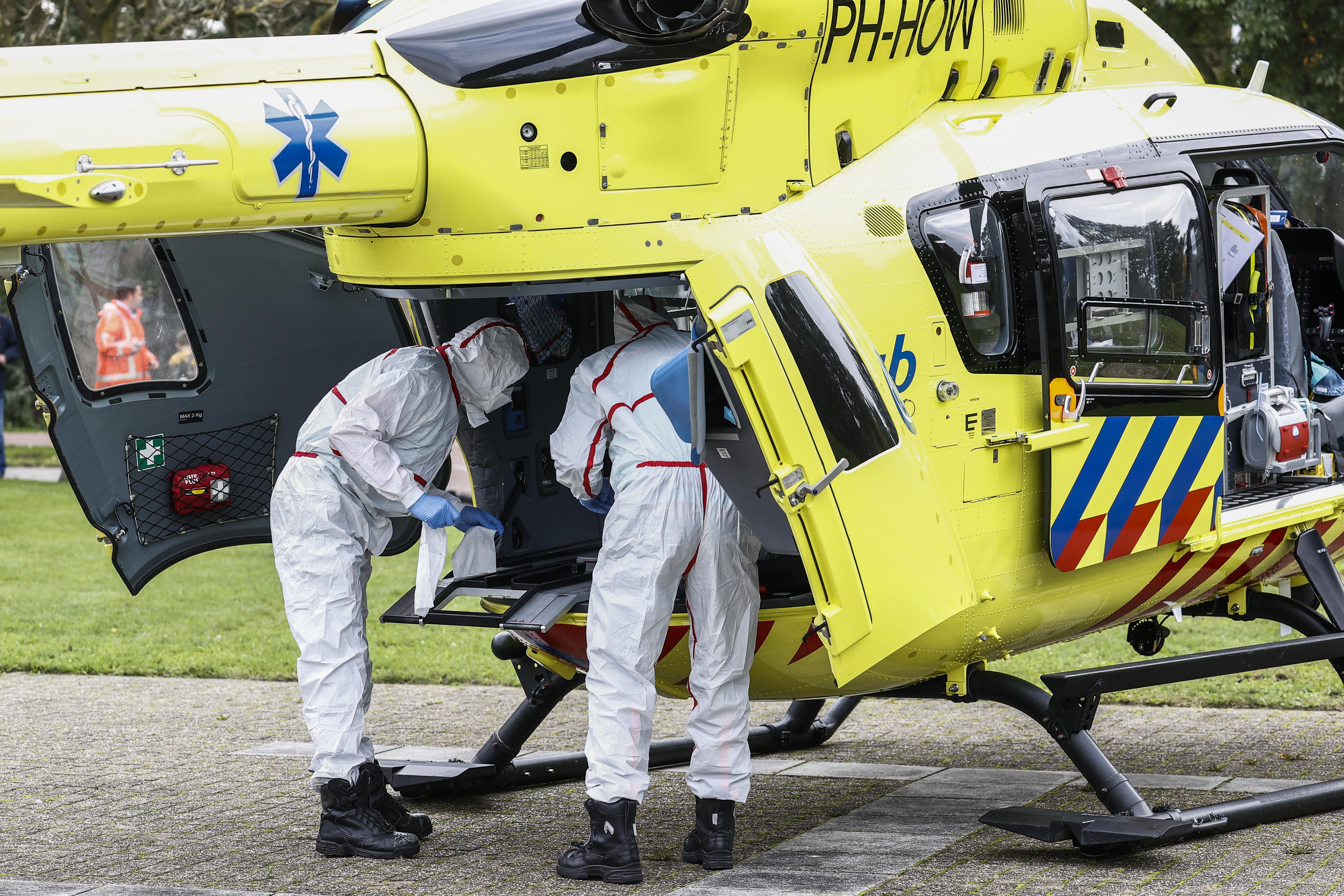 Speciaal ingerichte 'coronahelikopter' haalt patiënt op in Zaandam