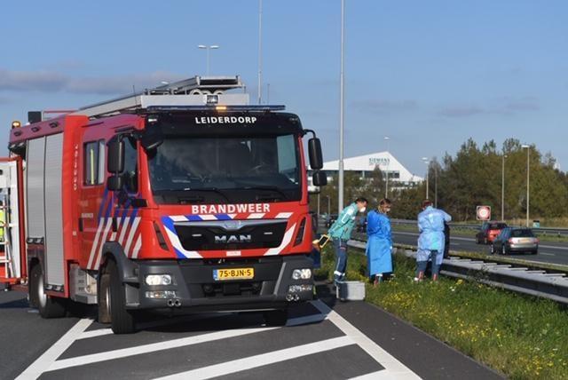 Kop-staartbotsing A4 bij Leiden: inzittenden uit coronateststraat, hulpdiensten voorzichtig