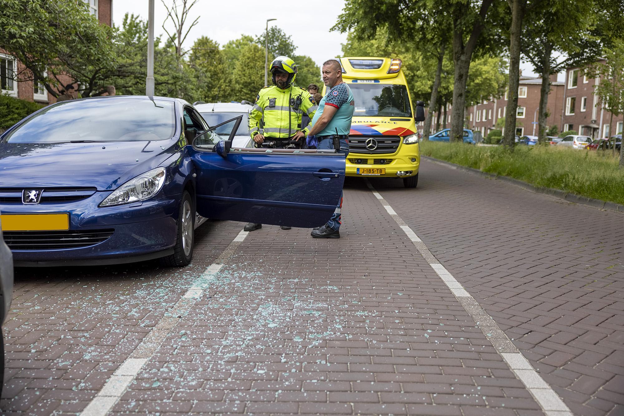 Maaltijdbezorger botst tegen geopende autodeur in Haarlem: raam verbrijzeld