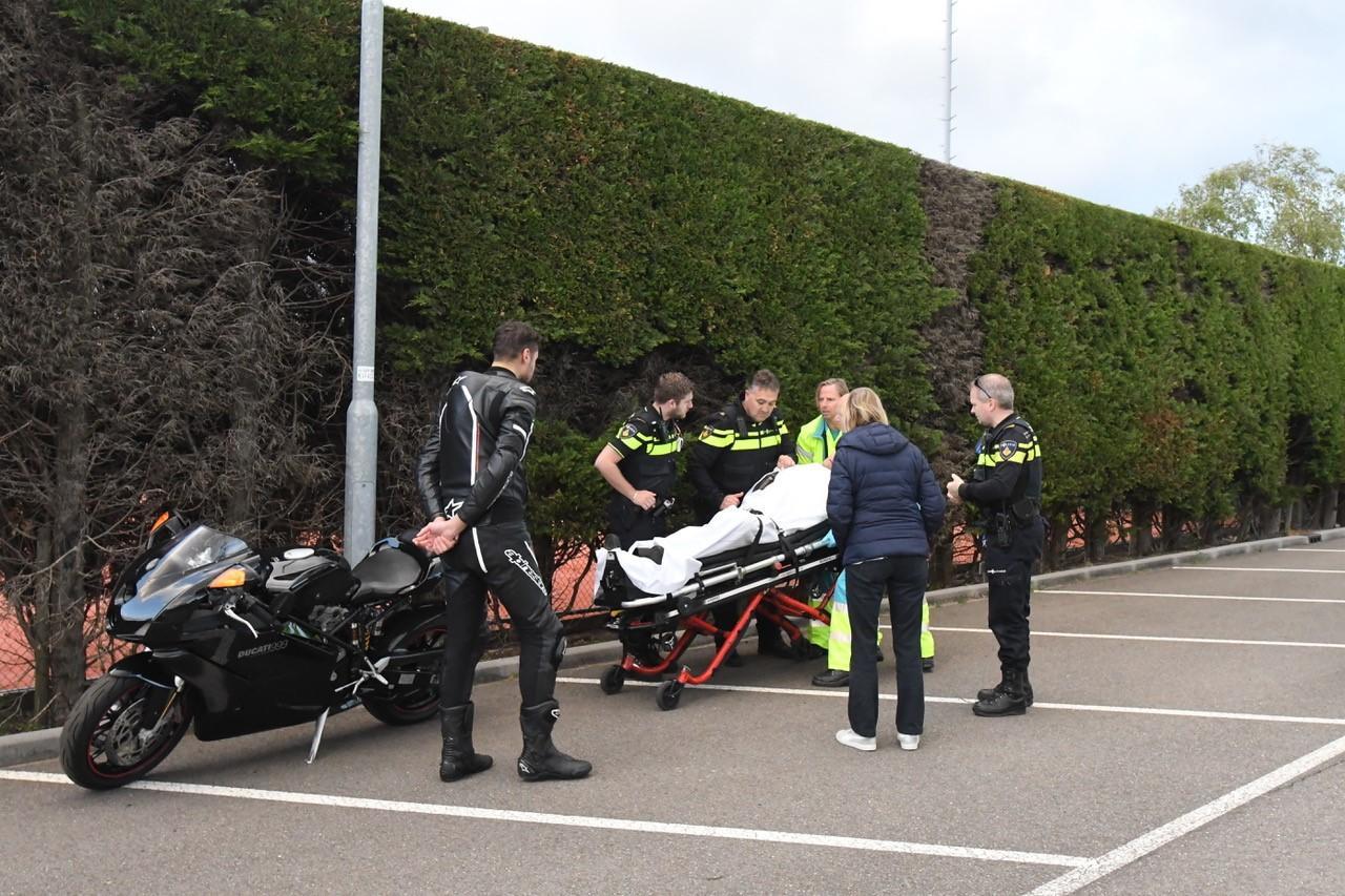 Motorrijder raakt gewond bij het oefenen in Warmond
