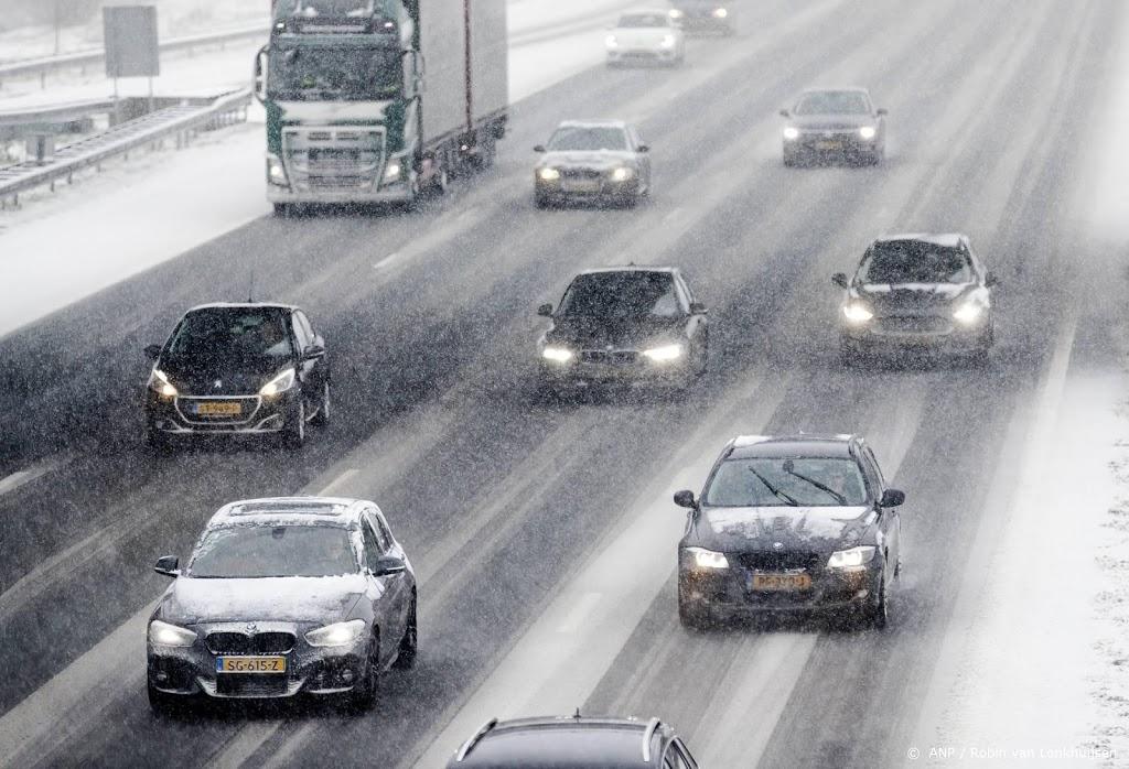 Politie waarschuwt: flinke boete voor niet sneeuwvrij maken auto