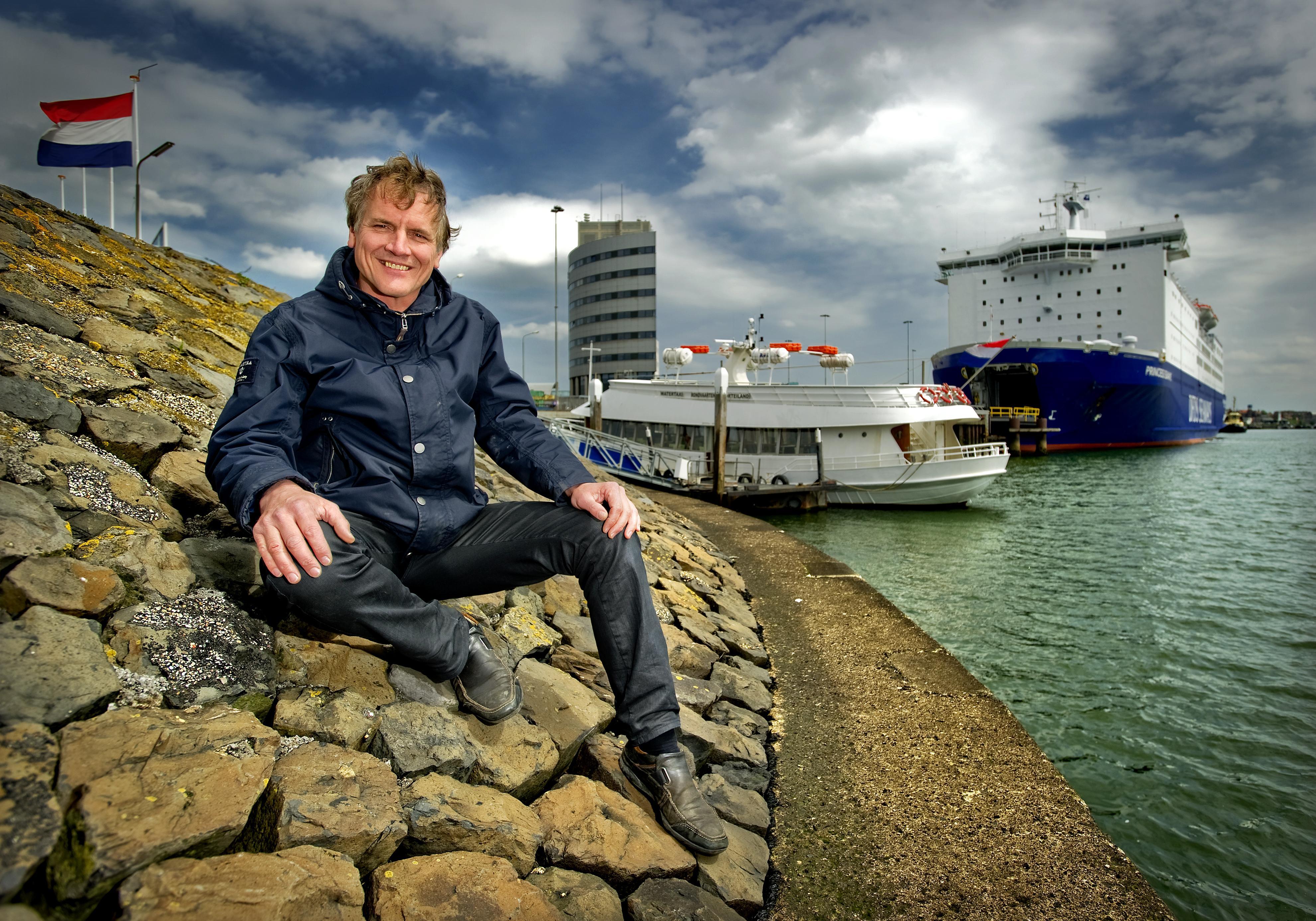 Lijndienst van IJmuiden en Noordpier naar SHIP met rondvaartboot Koningin Emma