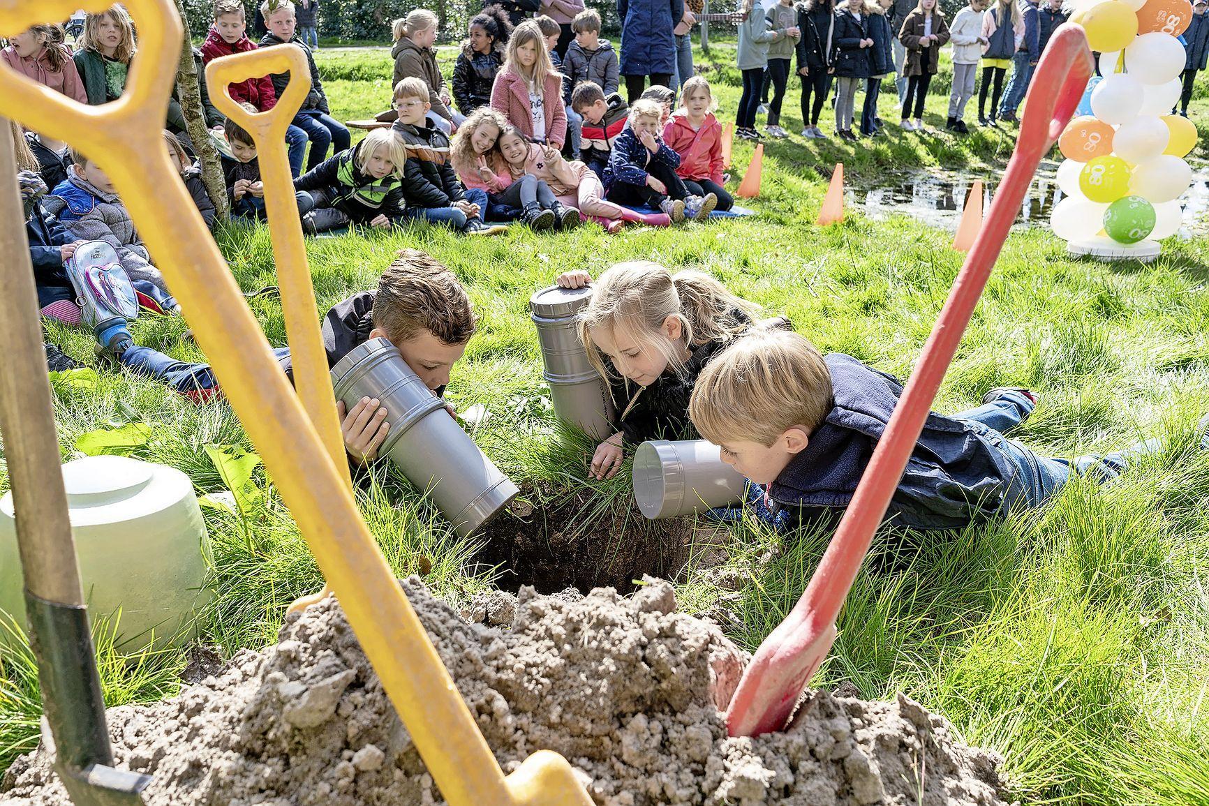 Leerlingen van basisschool in Schoorl begraven tijdscapsules voor de leerlingen van de toekomst. Want ook dan staat de school er nog in het vergrijzende dorp: 'Krimp is niet gekomen'