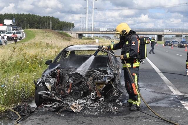 Auto uitgebrand op A4 bij Leiderdorp; lange file richting Den Haag