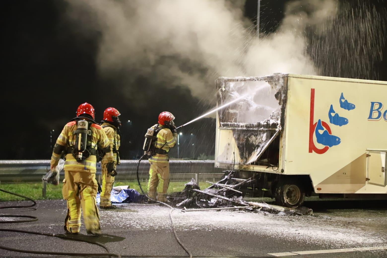 Visverkoopwagen in brand op A6 bij Muiderberg