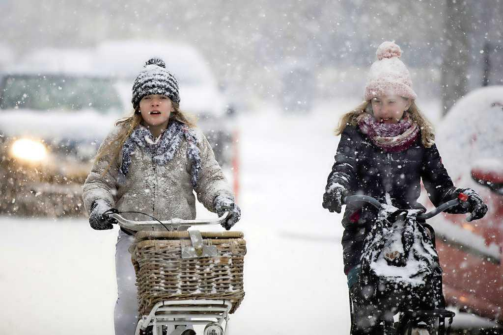 Lessen op school voor honderden scholieren in de IJmond geschrapt vanwege sneeuw en gladheid: eindexamenkandidaten en 'risicoleerlingen' krijgen maandag online les