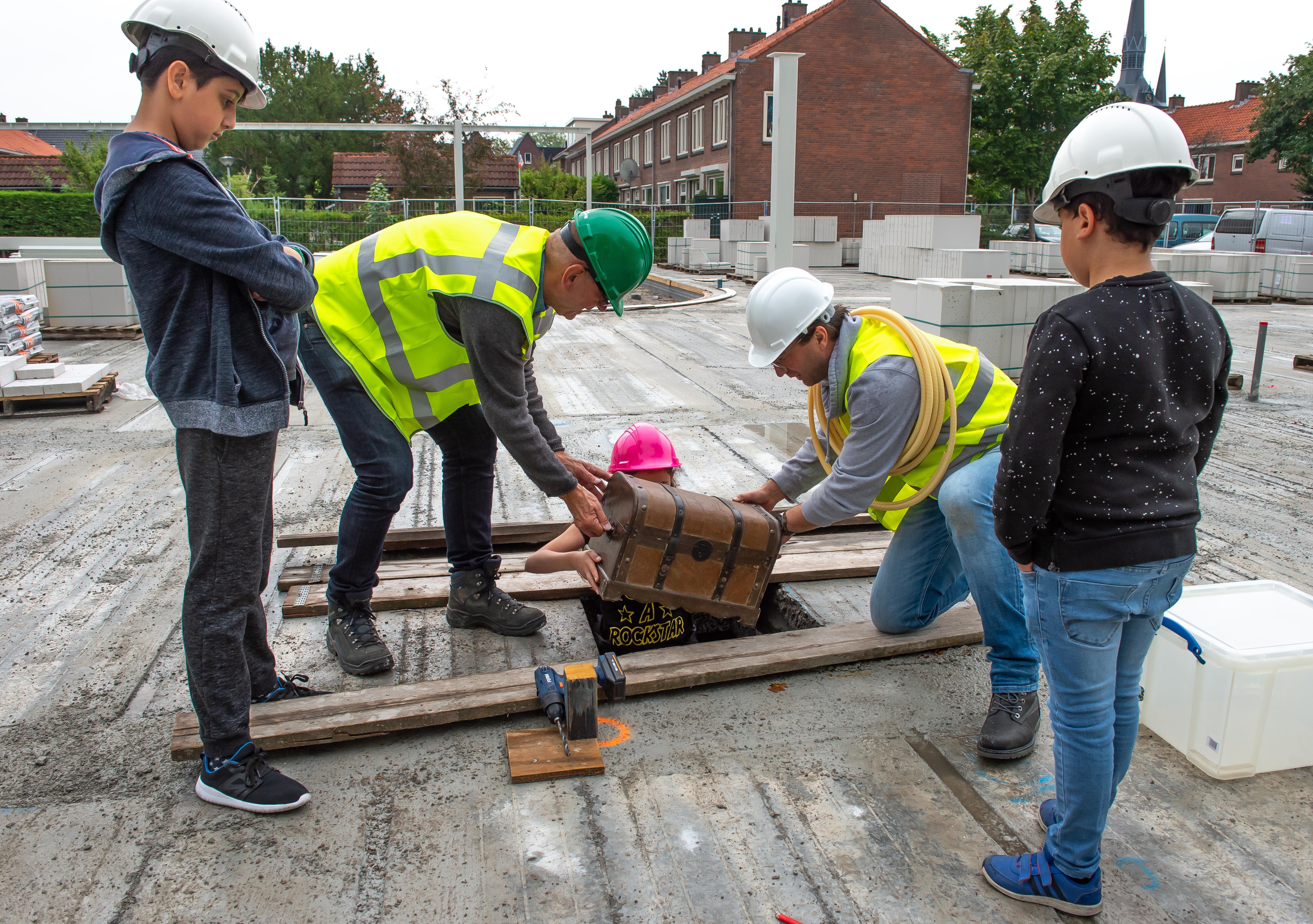 Kinderen Willibrord en Seaenparel brengen tijdcapsules naar nieuwe school aan Roggeplein Zaandam