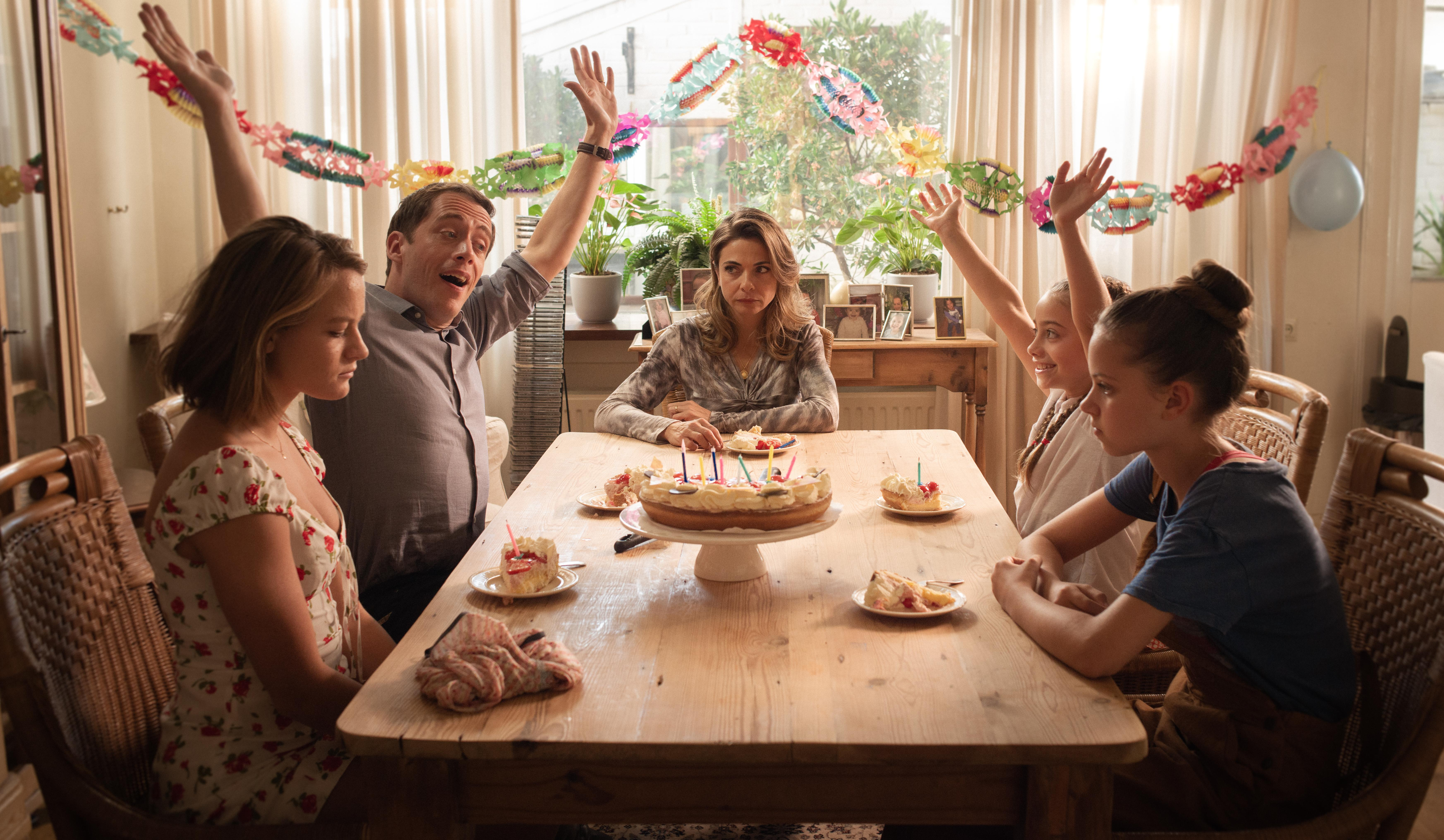 De nieuwe speelfilm 'Buiten is het feest' is gebaseerd op het incestverleden van Karin Bloemen. Vreselijke ervaringen, die 'vaker voorkomen dan je zou denken' [video]