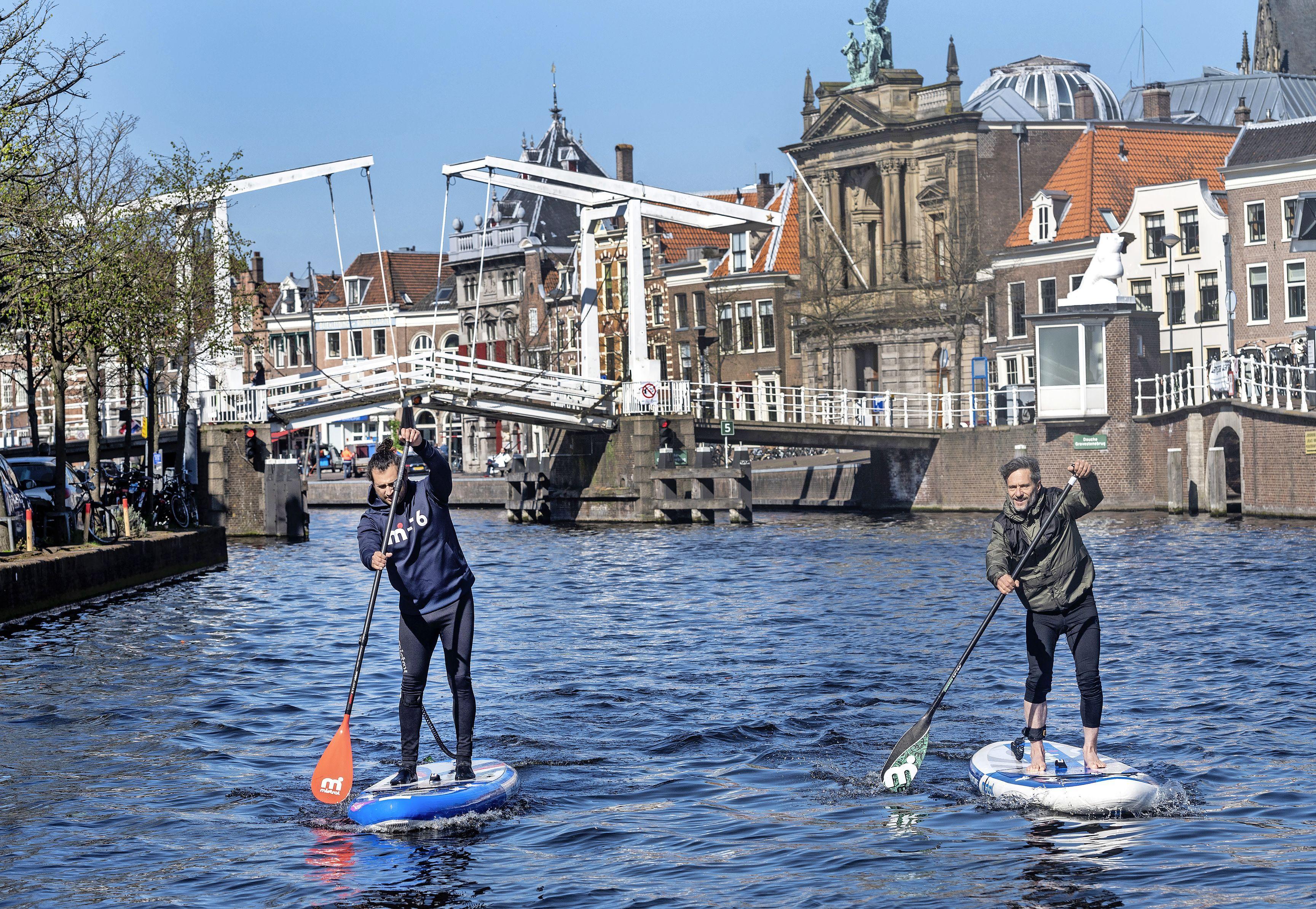 Suppen langs molen De Adriaan in Haarlem: 'Watersport geeft je een gevoel van vrijheid'