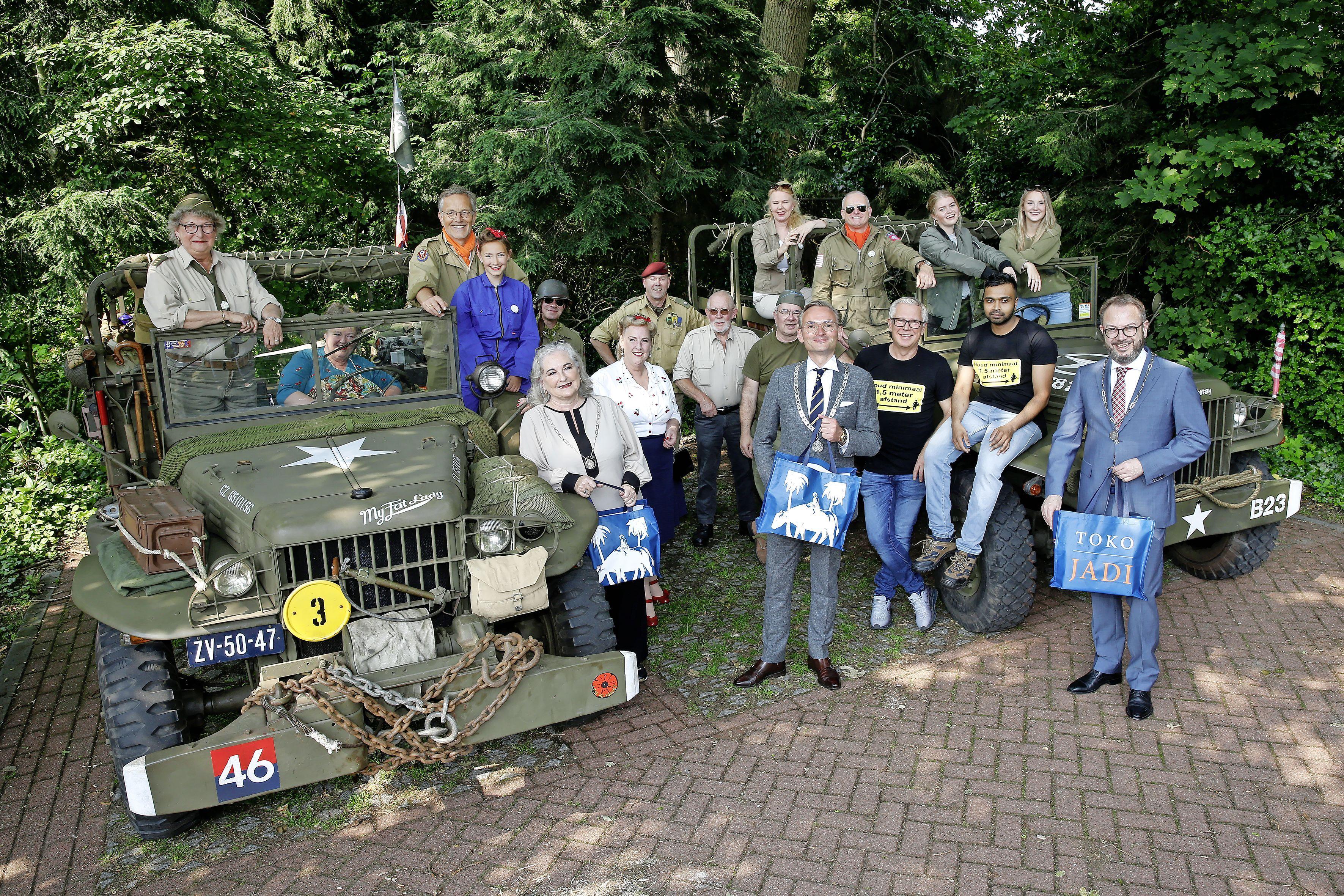 Burgemeesters Blaricum, Eemnes en Laren bezorgen 'blauwe hap' in stijl bij hun veteranen. Eerbetoon aangevuld met hijsen speciale vlag en planten witte anjers