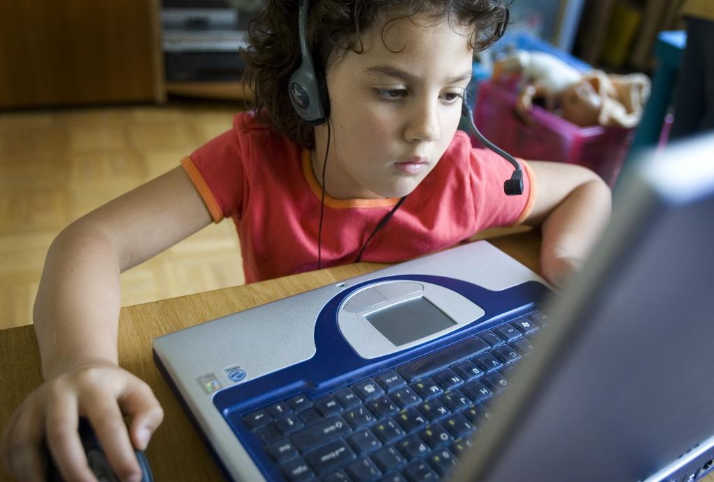 Thuiswerkende ouders zetten schermen in als virtuele oppas. Experts bezorgd: kind veel langer online