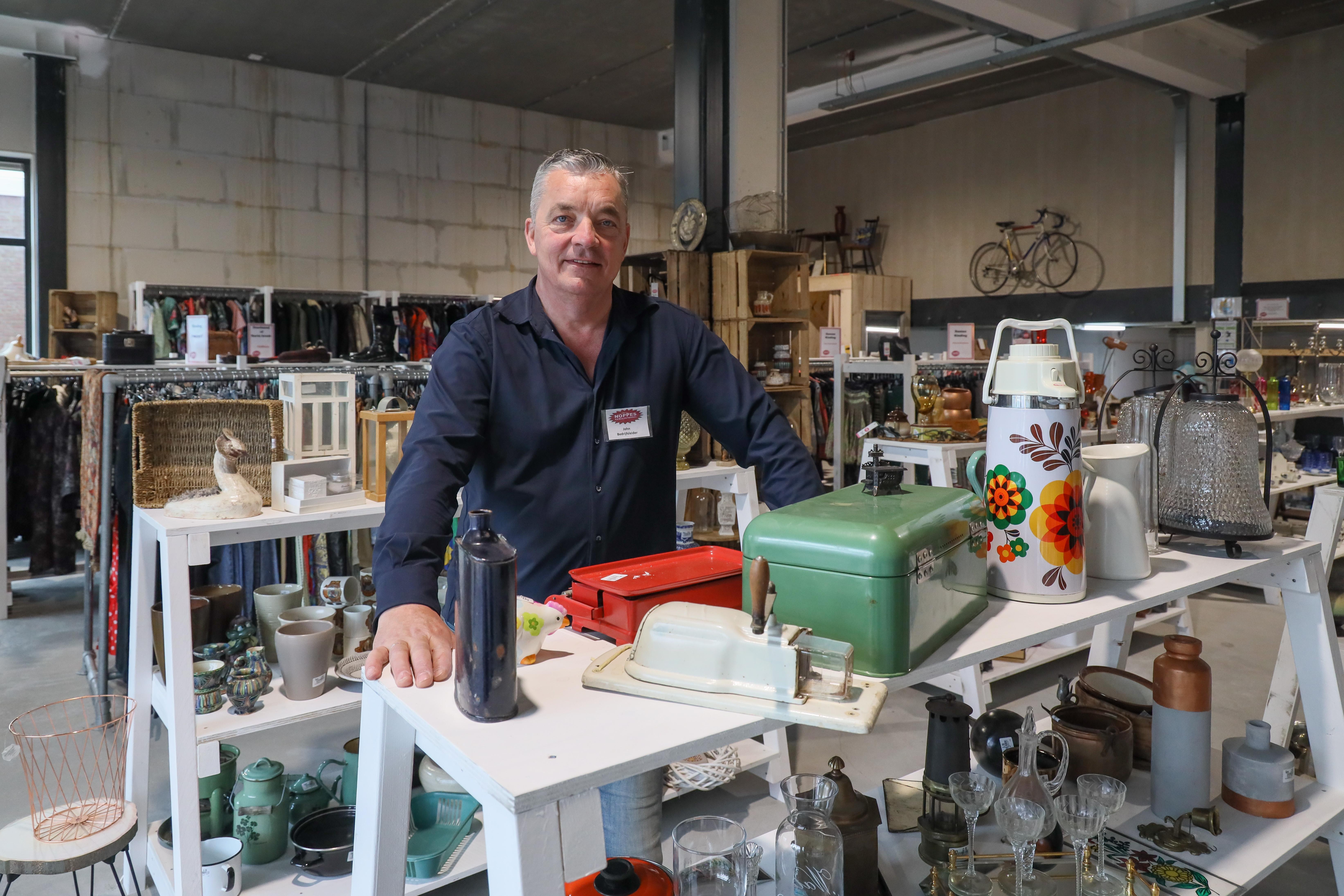 In de rij voor pop up store Noppes bij winkelcentrum Grootebroek: 'We boren een heel nieuw publiek aan: vintage, retro en toch hip'