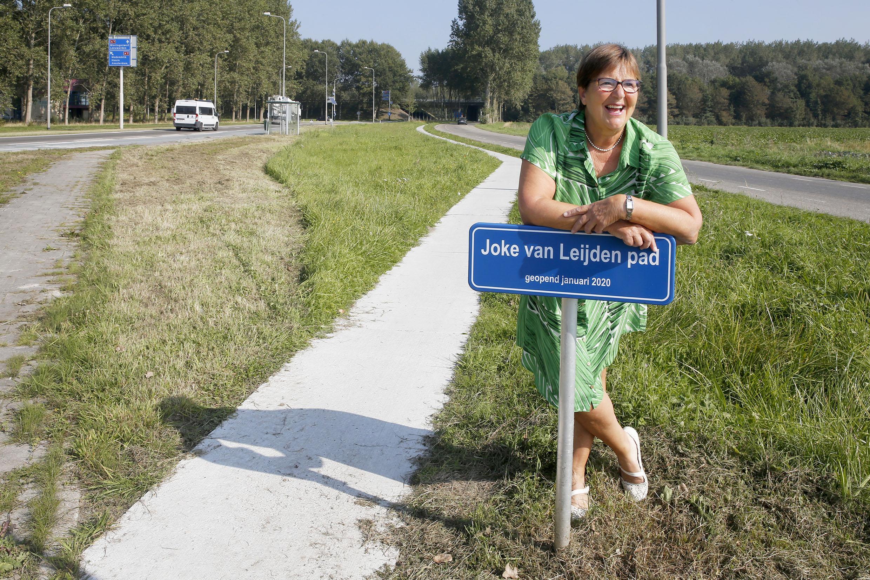 Joke van Leijden streed voor een veilig wandelpad langs de Cultuurweg. Nu is het er. En het draagt haar naam. 'Meestal krijg je zoiets als je overleden bent. Het ontroert me zeer'