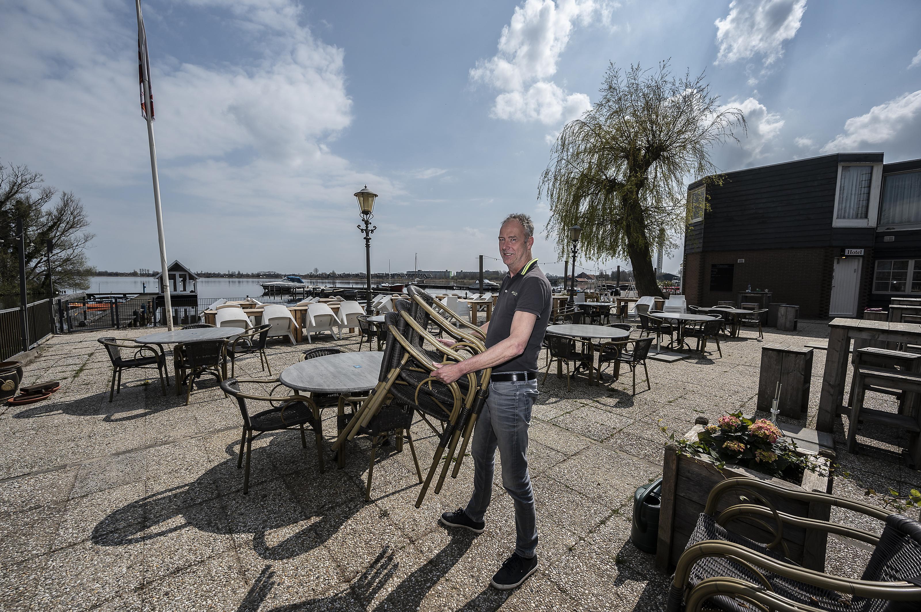 Ernst van 't Hof is blij dat z'n terras weer open mag: 'Alcohol schenken mag, dat is een meevaller'
