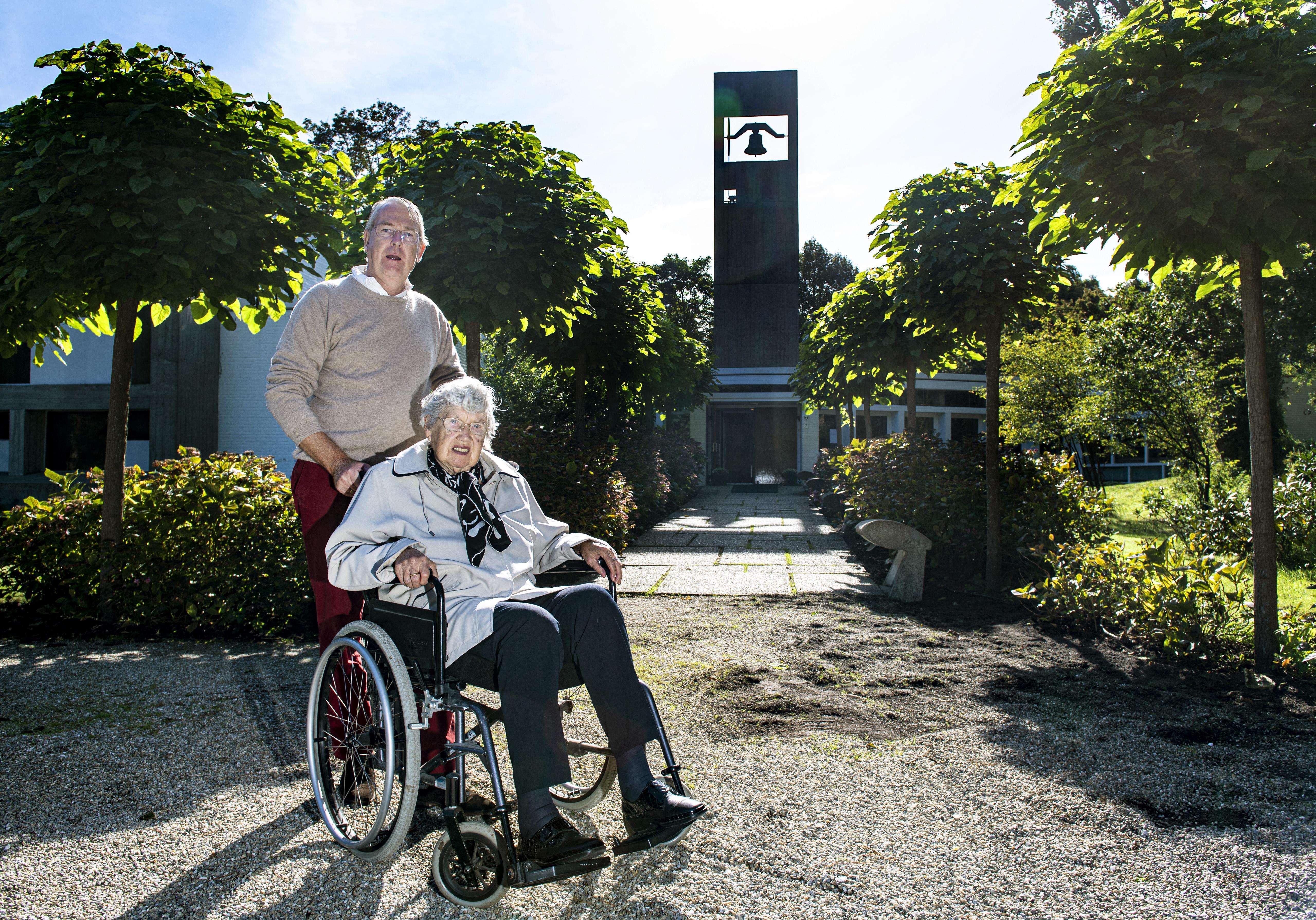 Weekend in Haarlem: Maarten Meijer en zijn moeder gaan naar de kerk