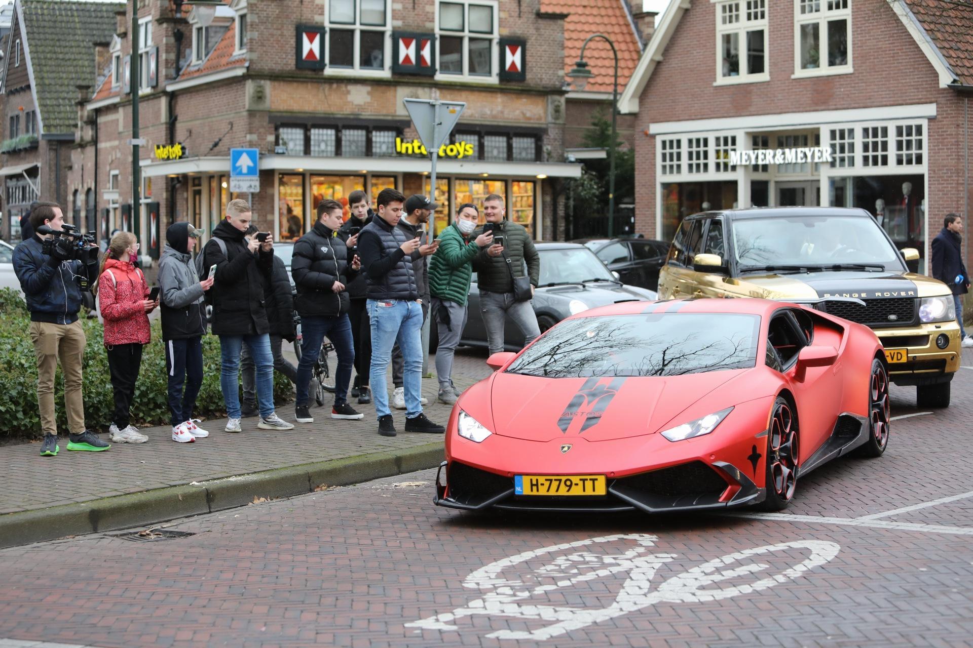Politie grijpt in bij automeeting in centrum Laren met veel bekijks voor Lamborghini en 'gouden' Range Rover