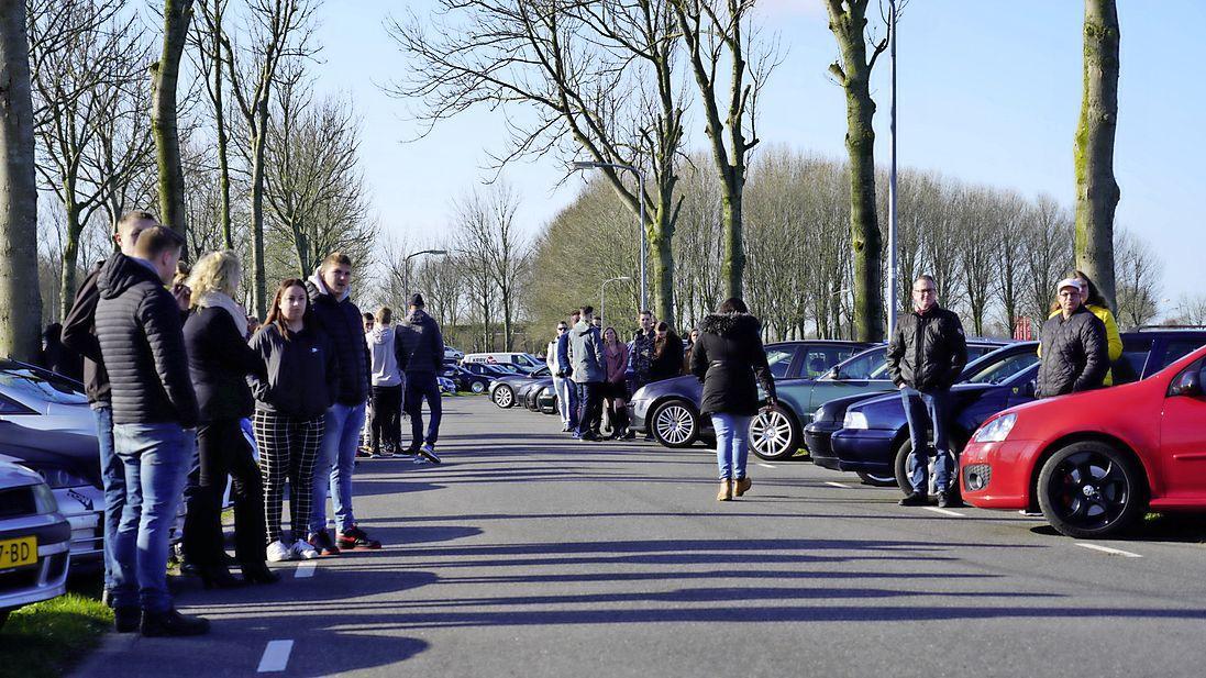 Eerbetoon aan verongelukte Abbekerker: zeker honderd autofanaten flankeren plek des onheils en luisteren 'One last ride'