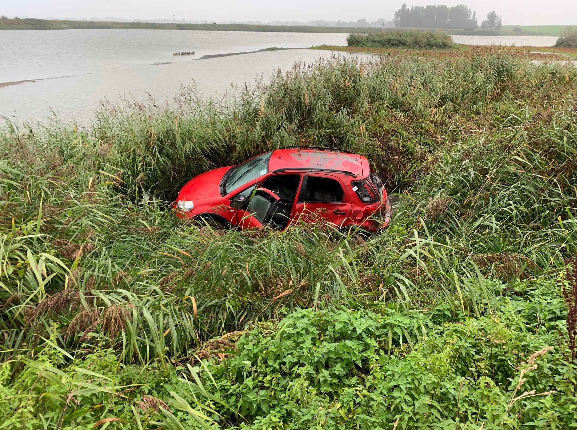 Auto van de dijk in Schellinkhout uitdagende klus voor bergers