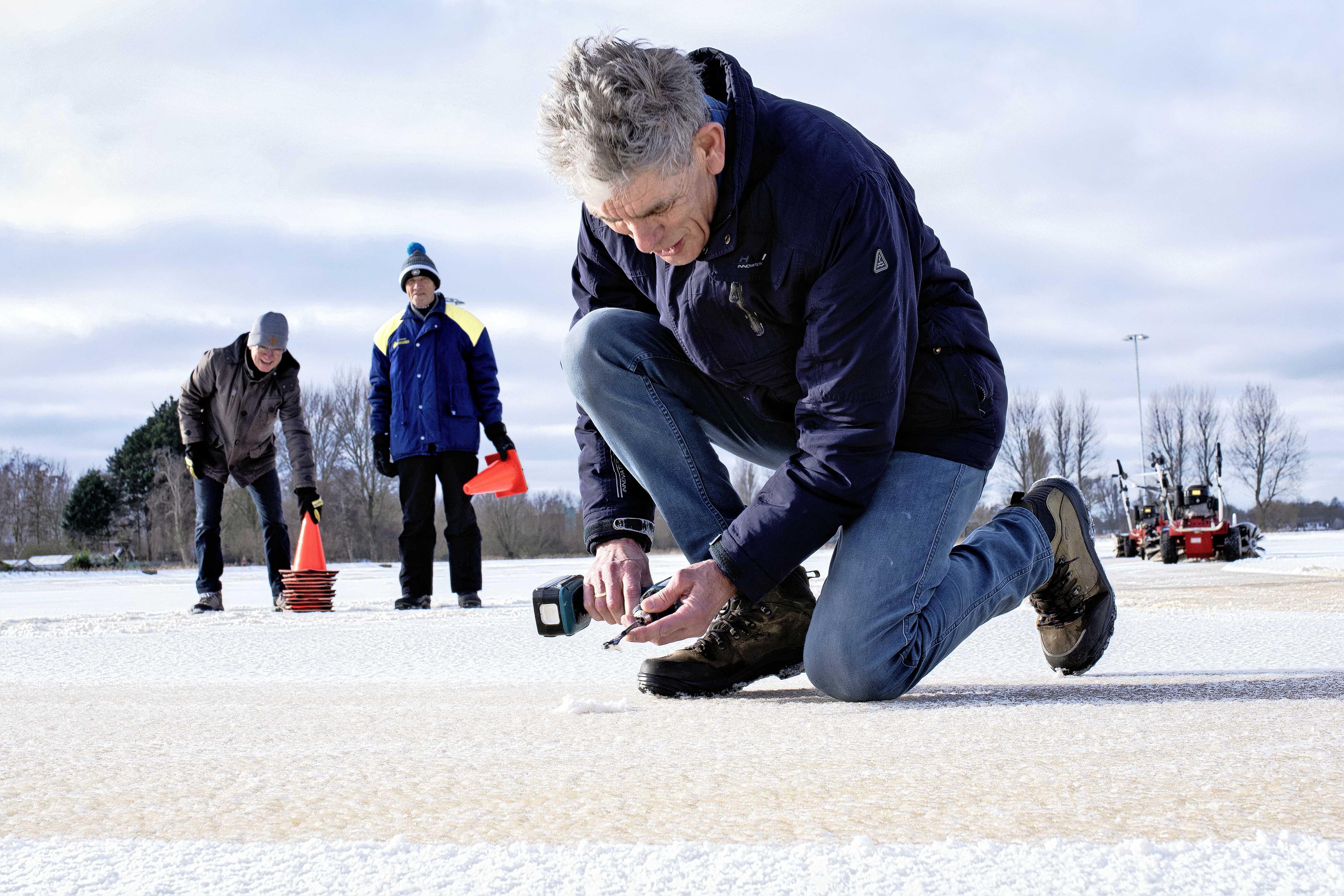 Op de Heemskerkse ijsbaan Kees Jongert kan vermoedelijk donderdag worden geschaatst. 'We hopen op een koude nacht'