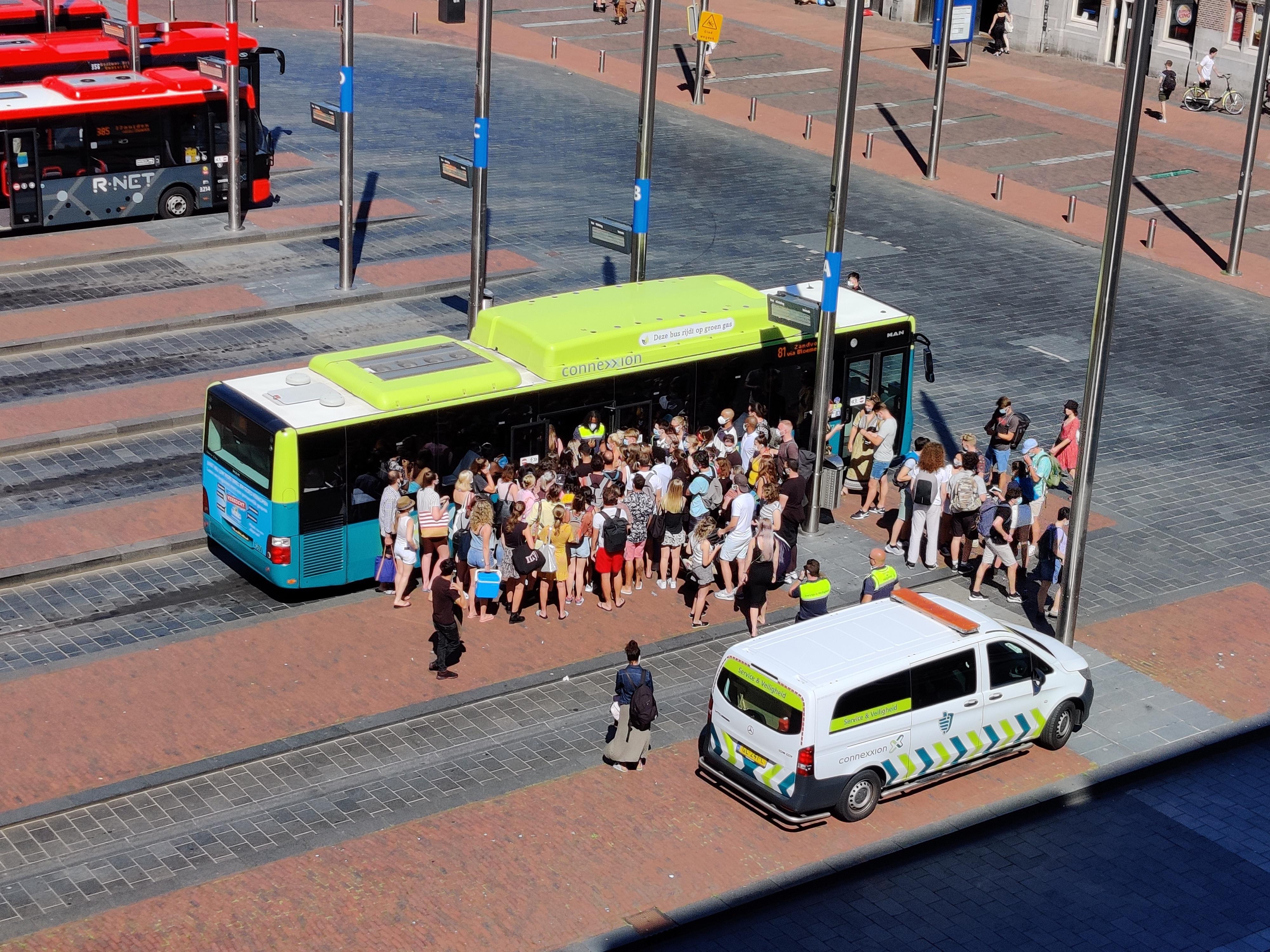Strandgangers kunnen niet meer met de bus naar Zandvoort vanwege drukte op de weg