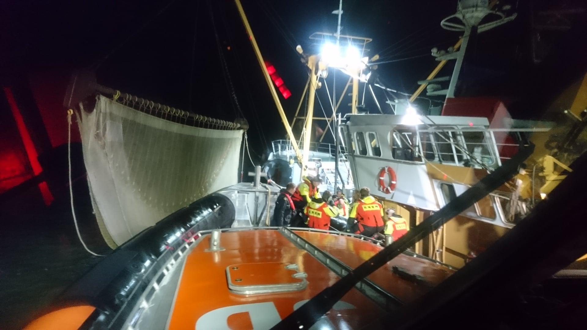 Onderzoeksraad doet aan boord van kotter in Den Helder verkennend onderzoek na ongeval