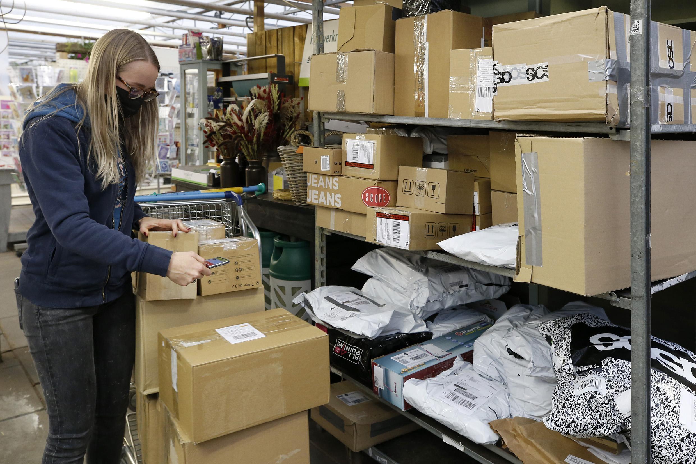 Pakketbezorgers en pakketpunten in de Noordkop draaien overuren. 'We hebben een extra stelling moeten kopen'
