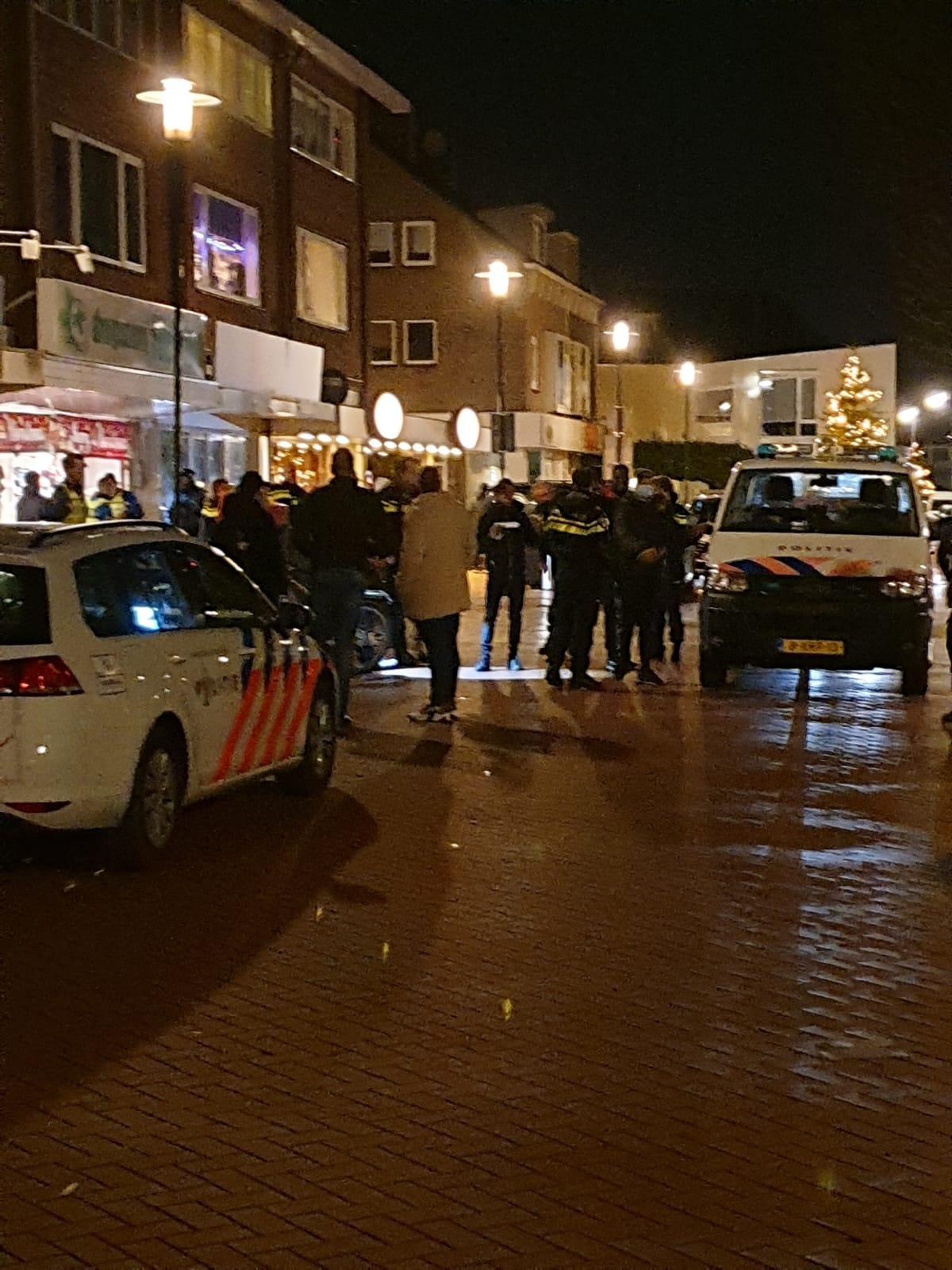 Politie en handhavers voeren grootschalige actie in Velsen-Noord vanwege overlast door reljongeren. 'Dit kunnen wij niet tolereren', stelt burgemeester Frank Dales