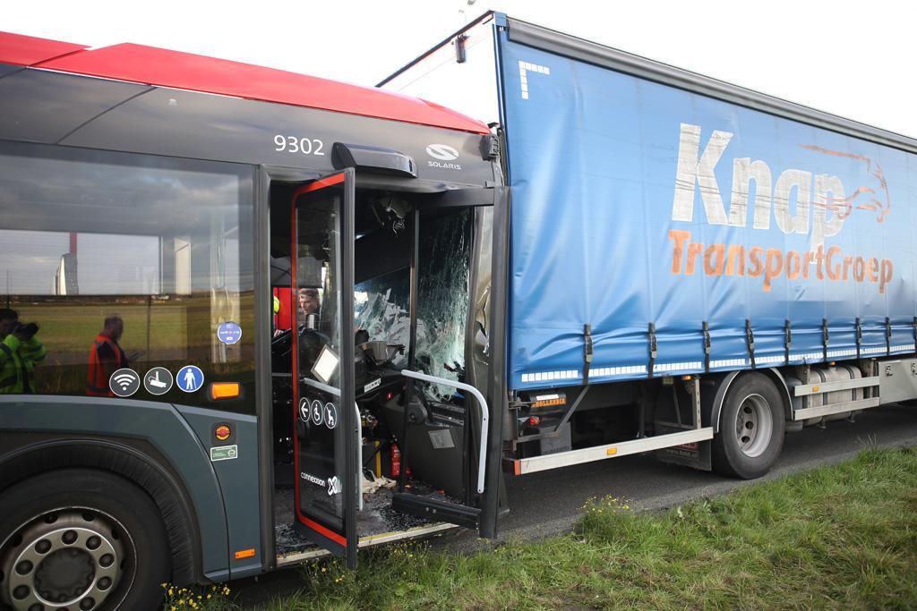A5 kort afgesloten na ongeval met lijnbus en vrachtwagen, hulpdiensten massaal ingezet